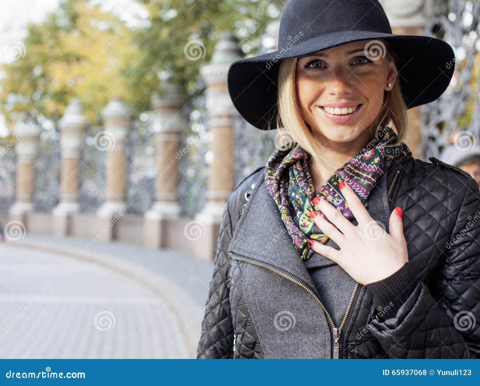 e952fae0ea9ee Mujer Bastante Rubia De Los Jóvenes En El Sombrero Elegante