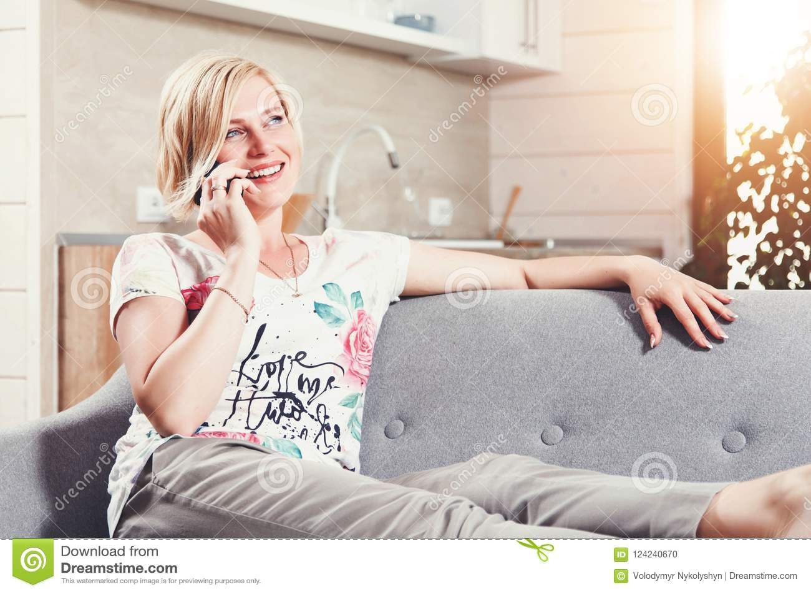 Mujer bastante rubia que habla en Smartphone
