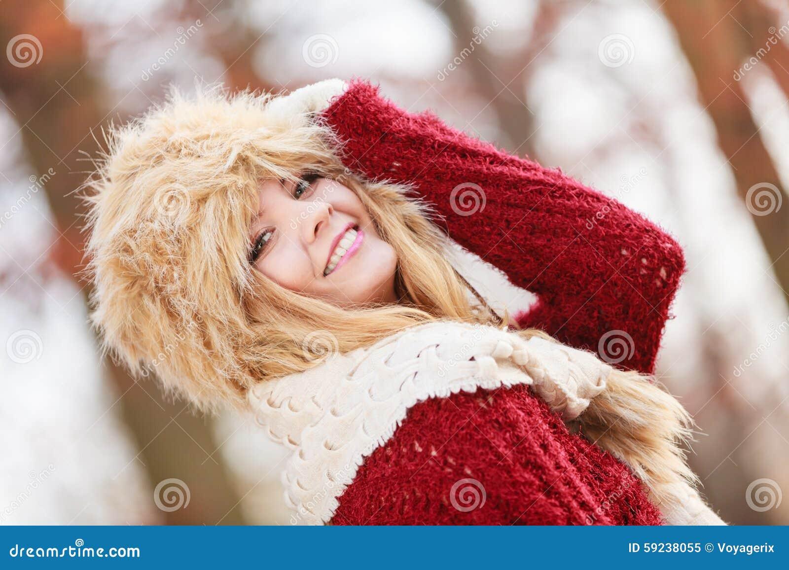 Mujer bonita de la moda en sombrero del invierno de la piel