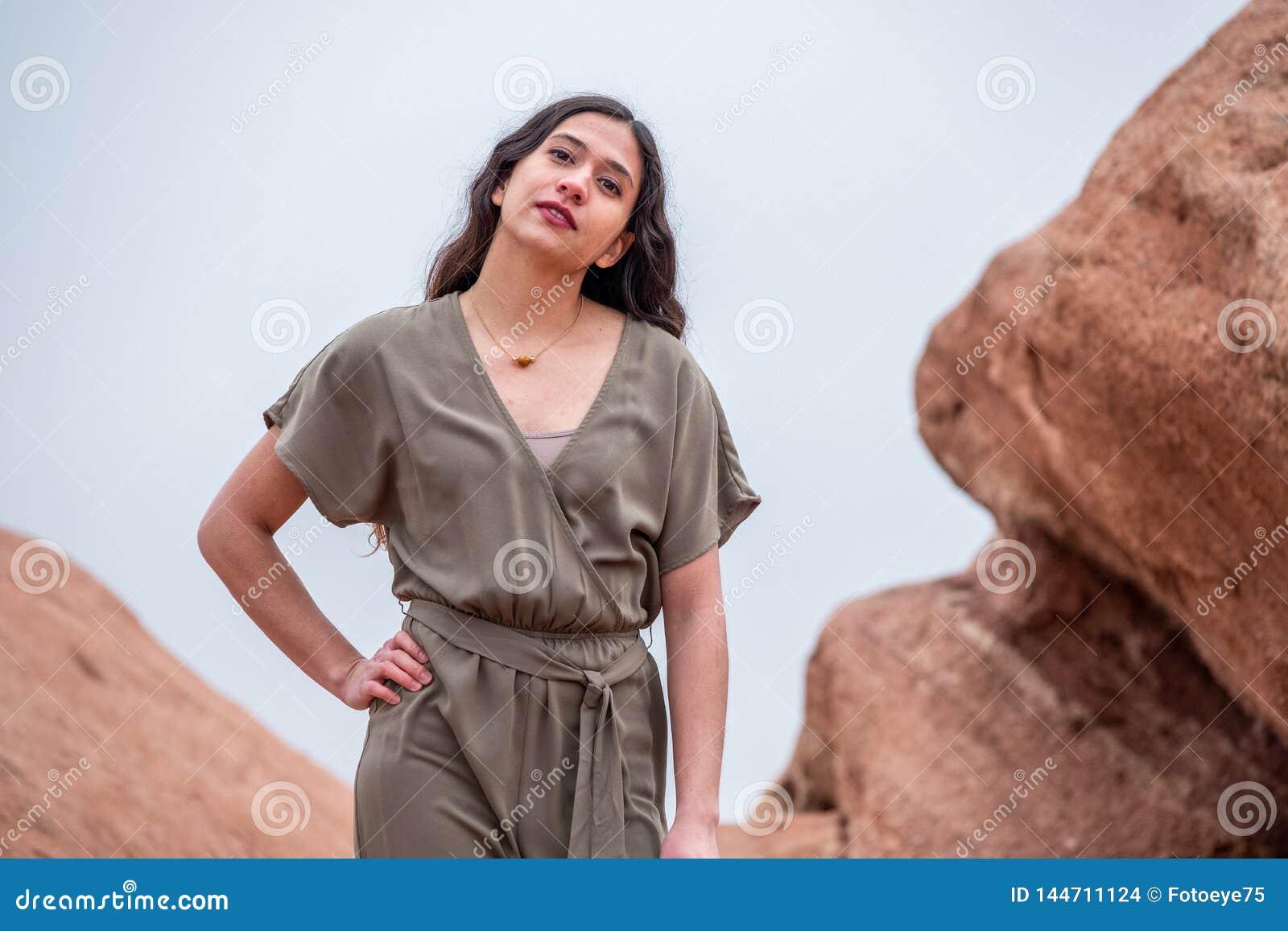 Mujer bonita de la muchacha - mexicano latino indio la India en la moda profesional