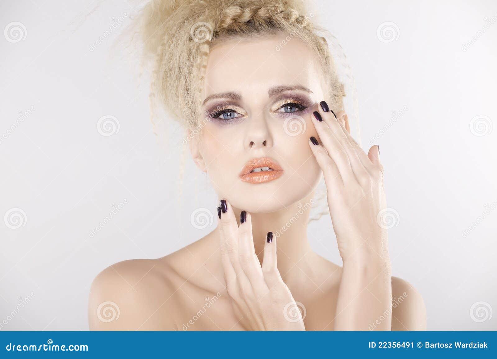 Mujer bonita joven con los pelos rubios hermosos