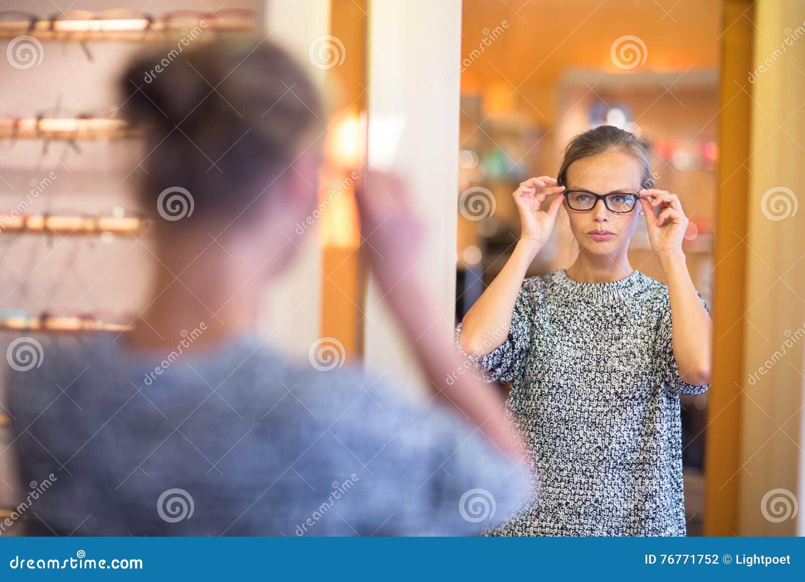 Mujer Bonita, Joven Que Elige Nuevos Marcos De Los Vidrios Foto de ...