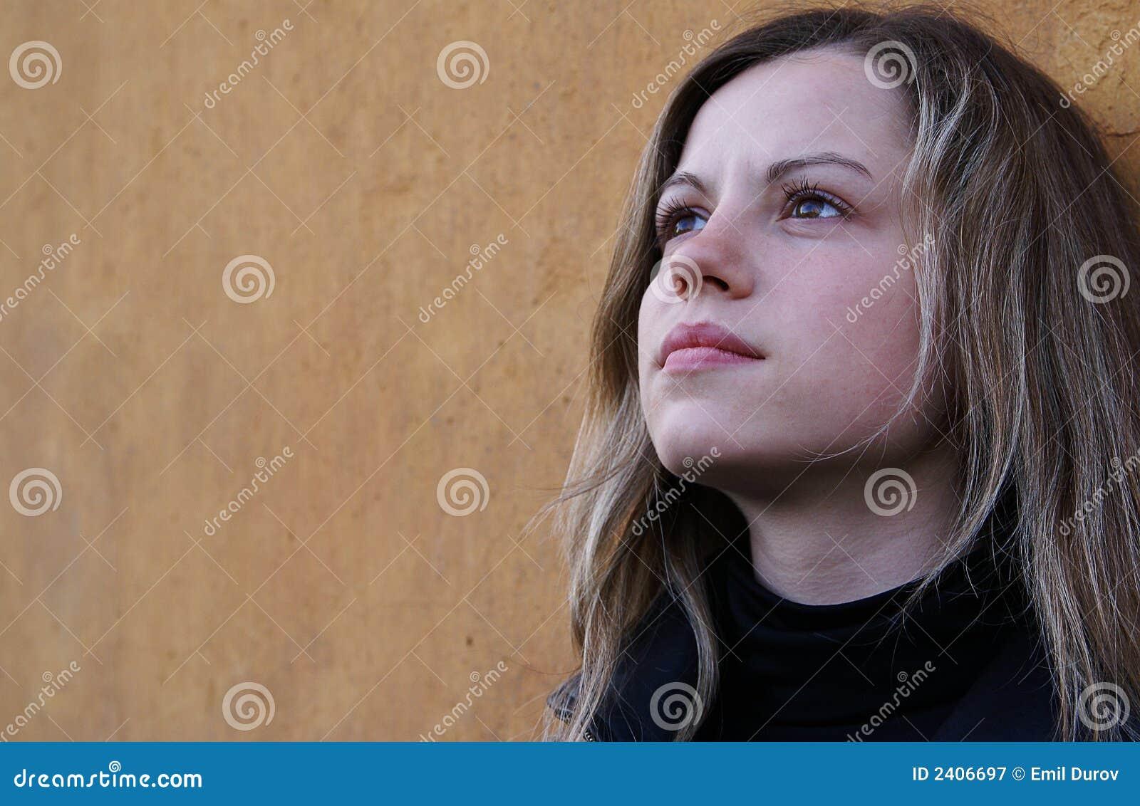 Mujer bonita que mira a un cielo