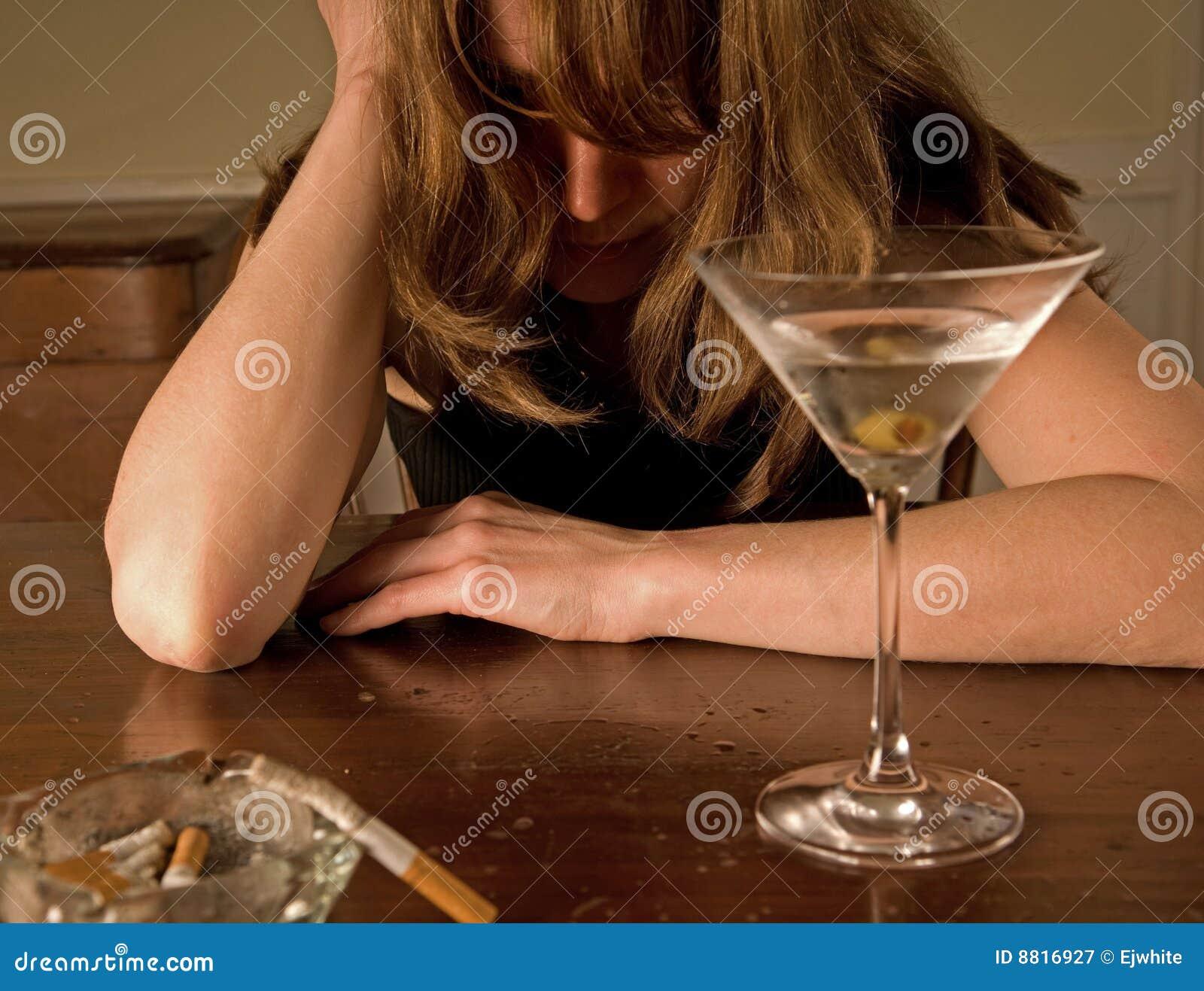 ... de archivo libre de regalías: Mujer borracha que grita, solamente