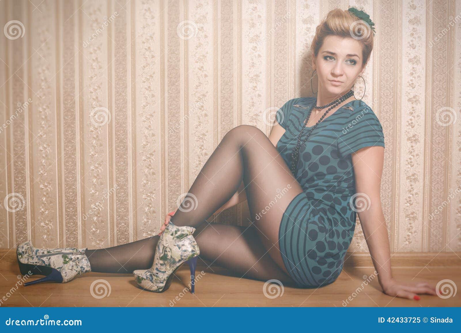 Mujer brillante del encanto en estilo de la moda