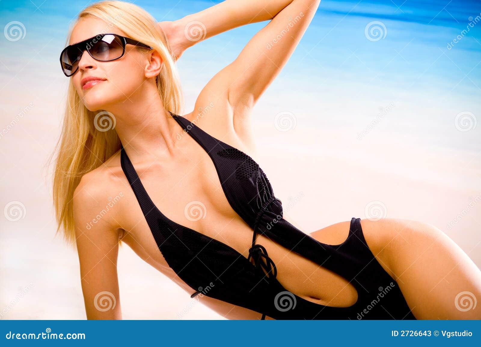 Chica hermosa bronceada en topless en la playa sexo