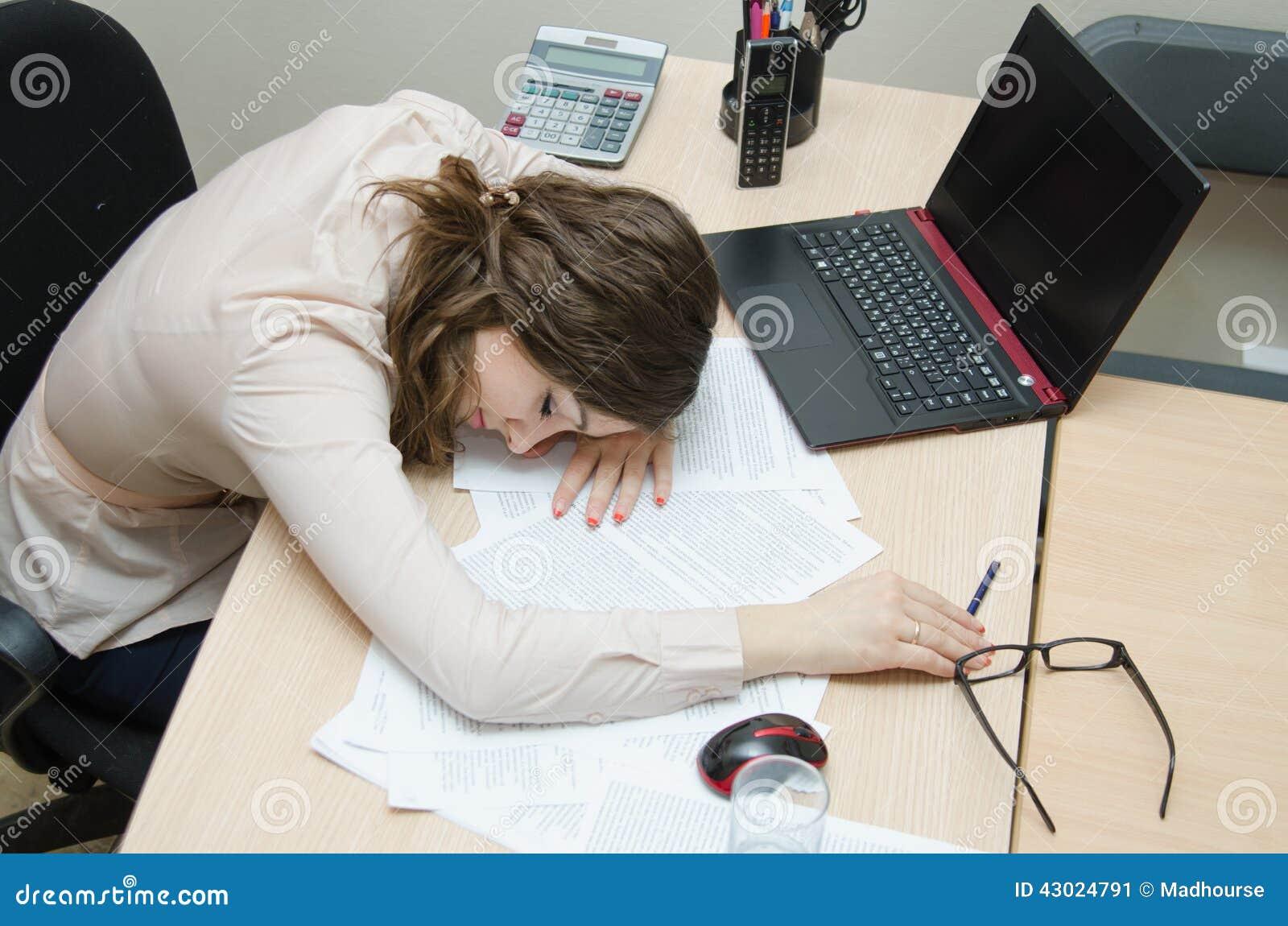 Mujer cansada dormida en un lugar de trabajo en la oficina for Xxx porno en la oficina