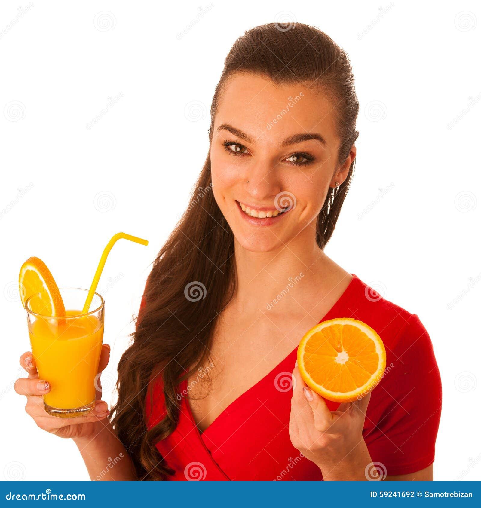 Mujer caucásica asiática feliz hermosa en camiseta roja que bebe o