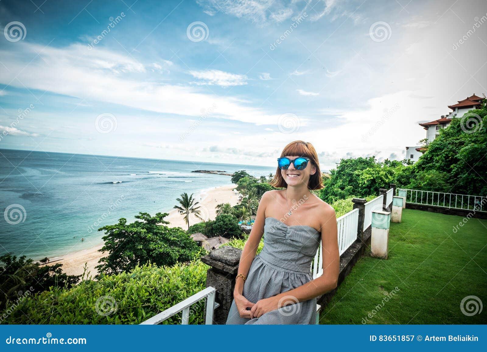 1b6bea5ca7 Gafas Mujer Azules Sol Caucásica De Con Las Cerca Atractiva Joven rCoedxWQB