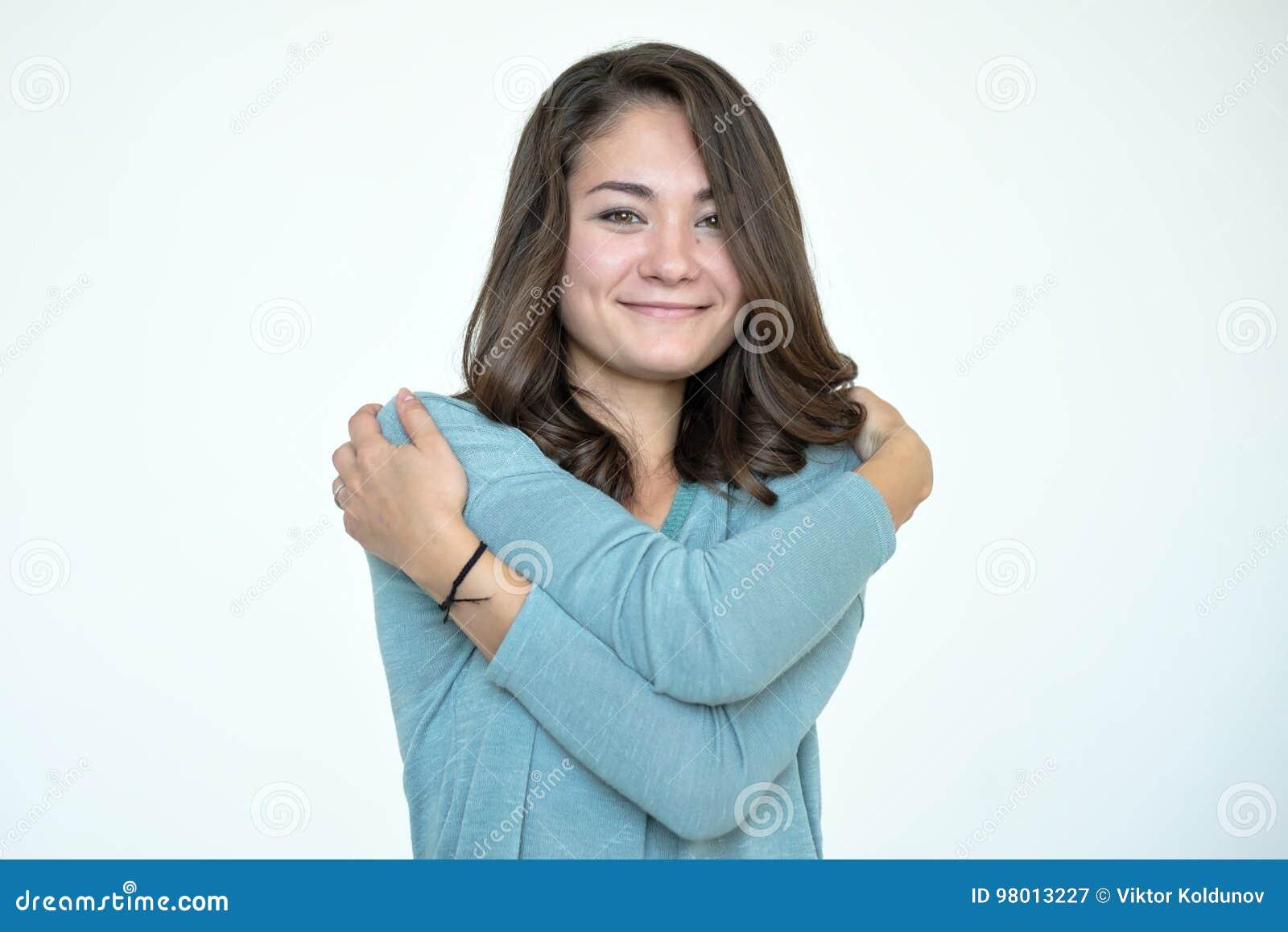 Mujer caucásica feliz que se abraza con la cara de goce emocional natural