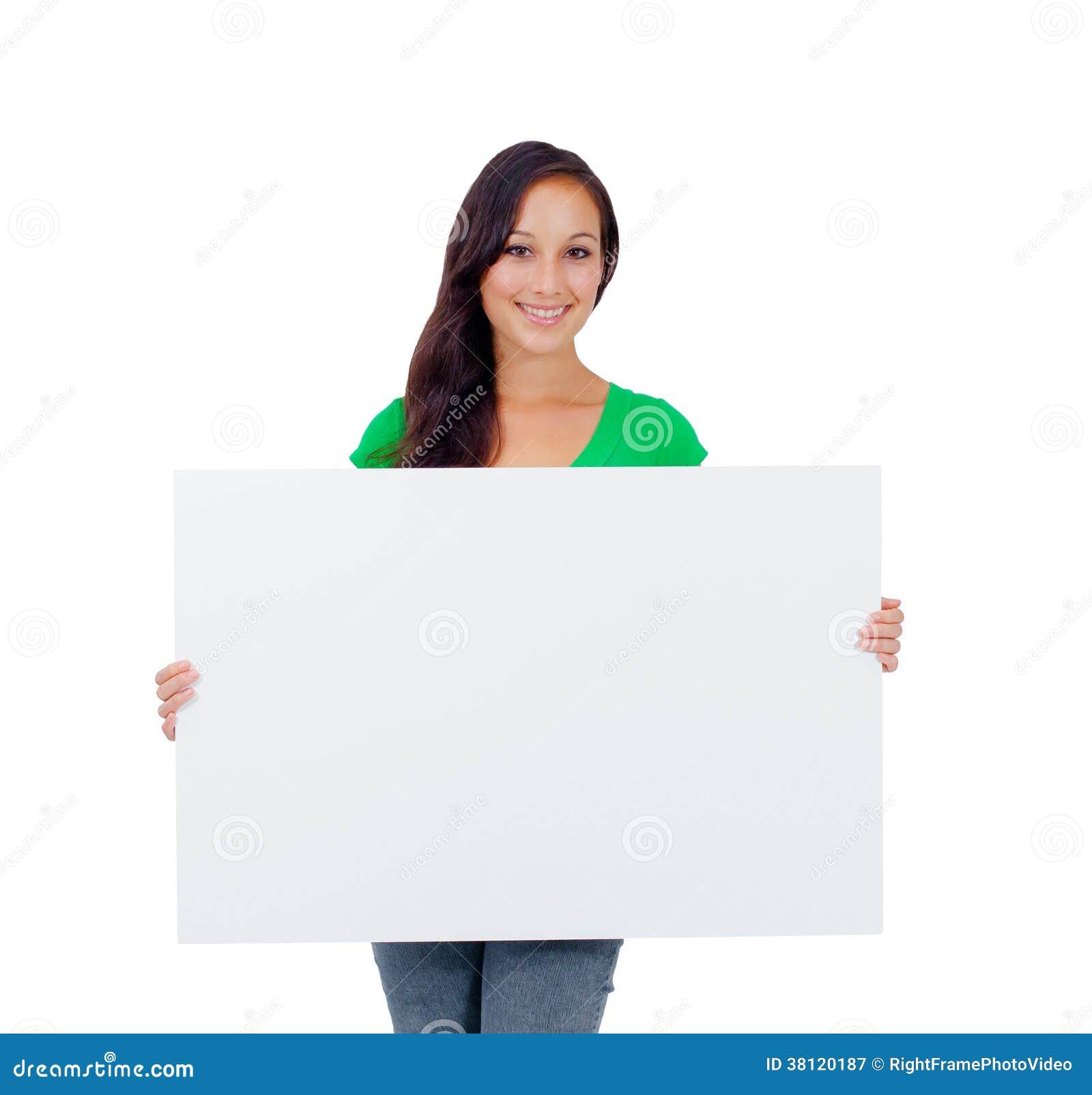 Mujer caucásica hermosa que lleva a cabo una muestra en blanco