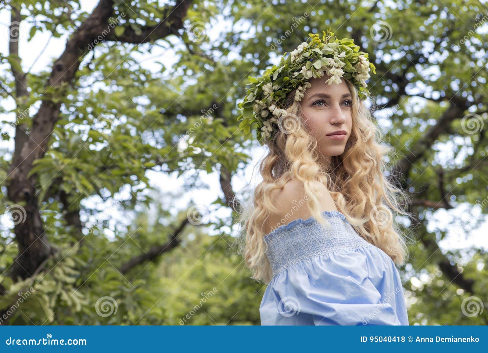 Mujer caucásica magnífica atractiva linda en vestido sensual en muchachas p