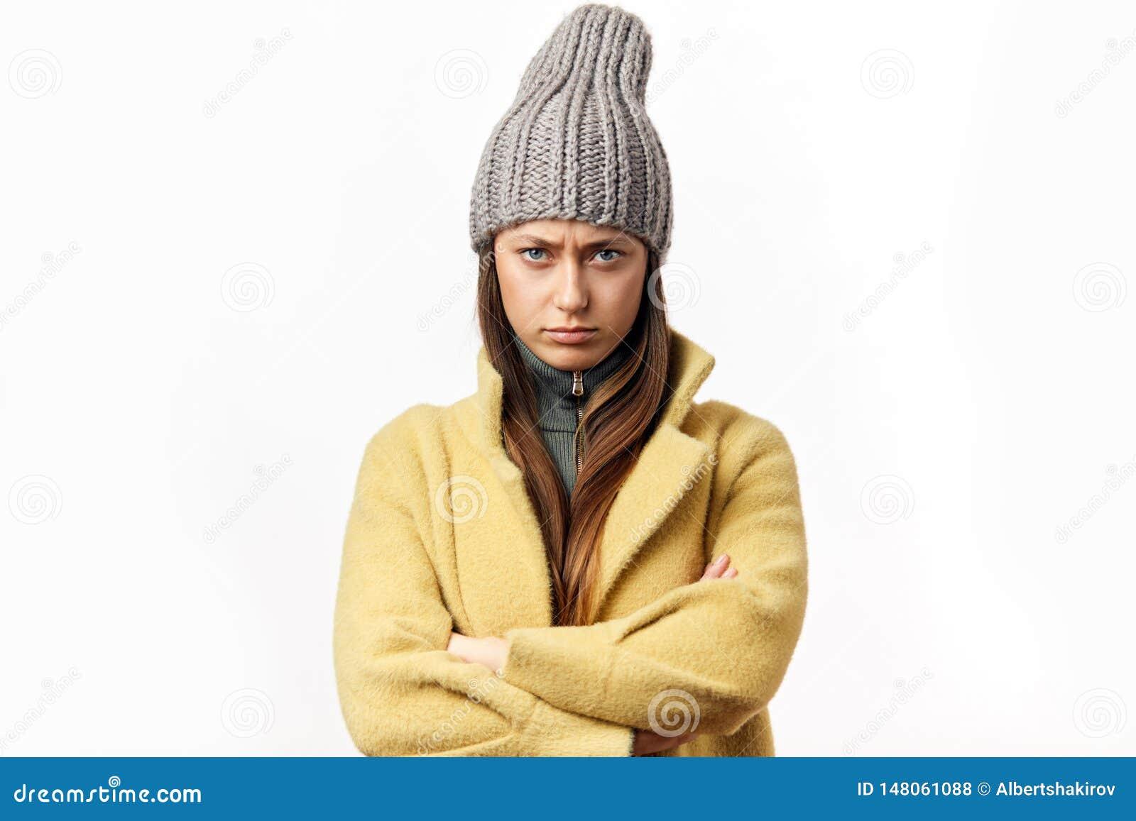 Mujer cauc?sica confusa y ofendida en la ropa colorida del invierno que presenta dentro