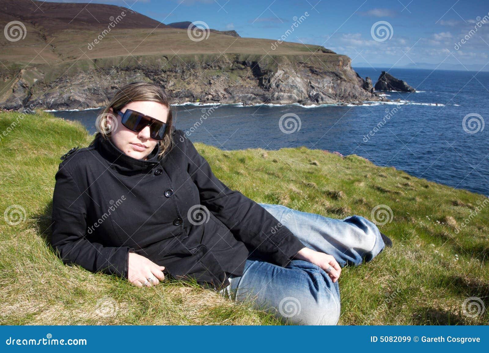 Mujer cerca de los acantilados en Irlanda