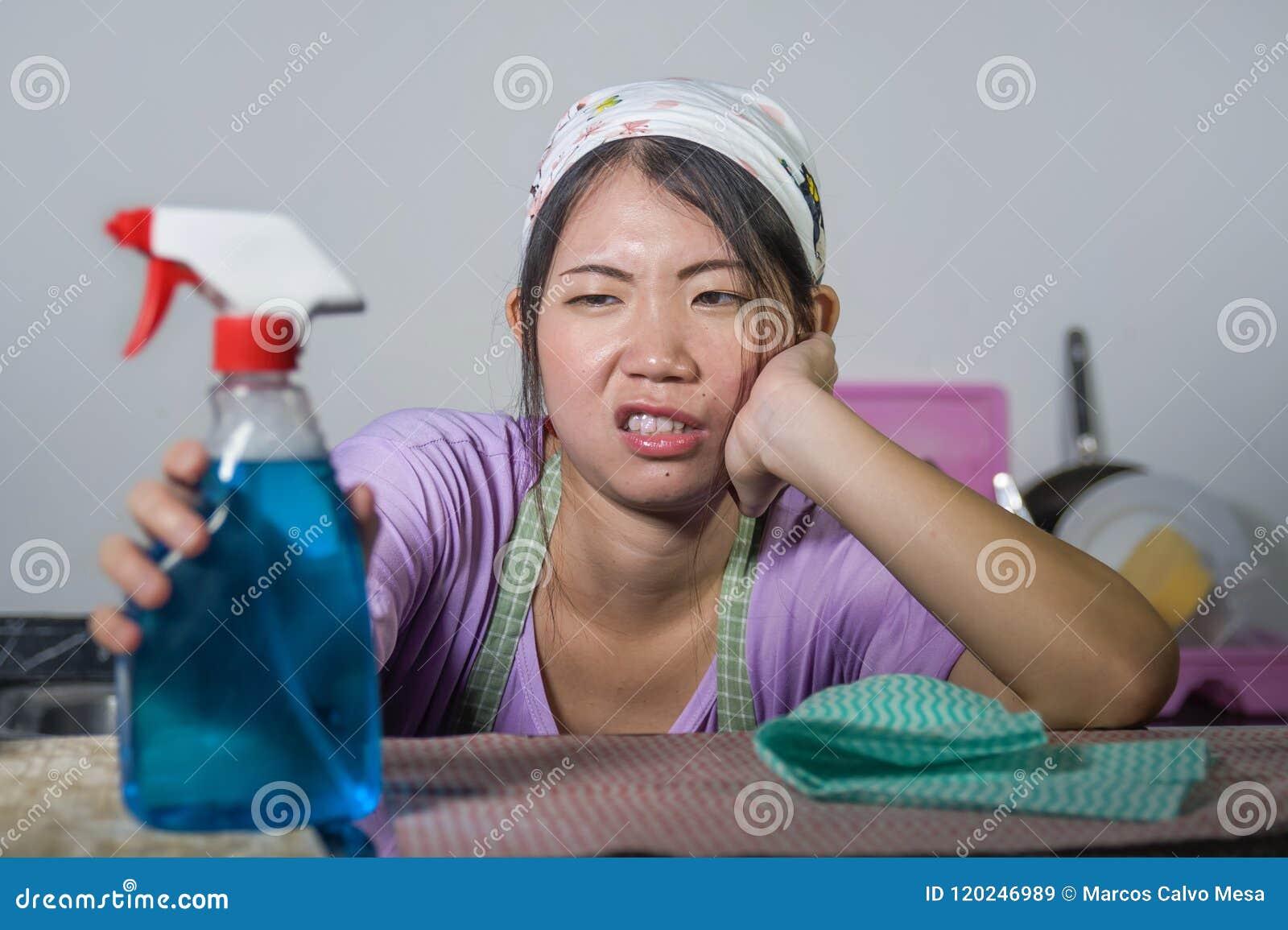 Mujer china asiática bastante con exceso de trabajo y frustrada joven de la criada del servicio que trabaja el stresse casero nac