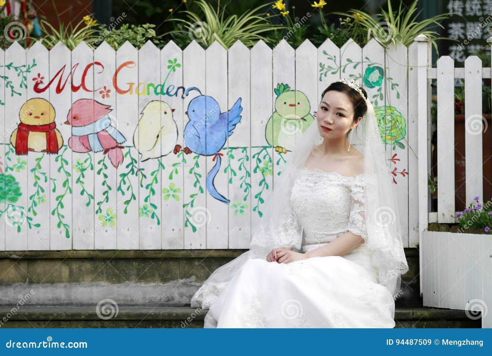 Mujer China Asiática En Vestido De Boda Imagen de archivo - Imagen ...