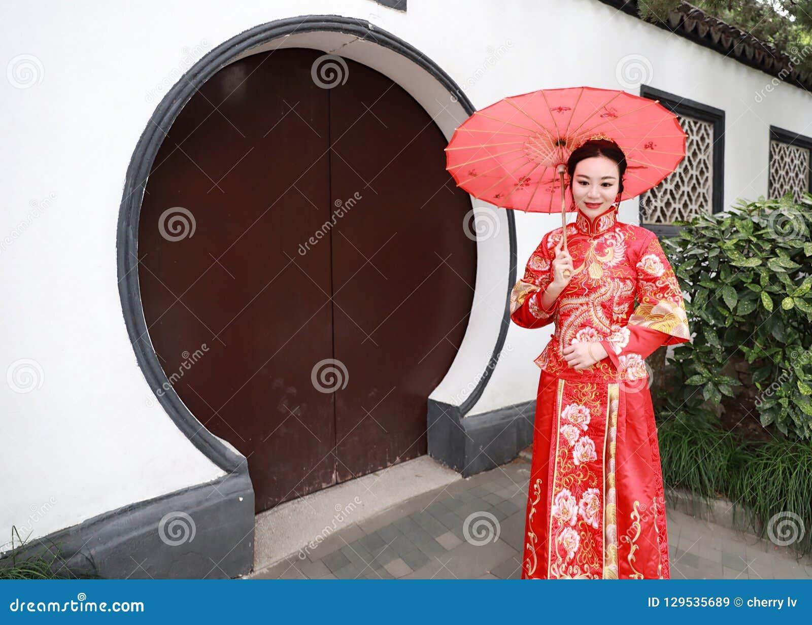 Mujer China Joven Hermosa Y Elegante Que Lleva El Vestido