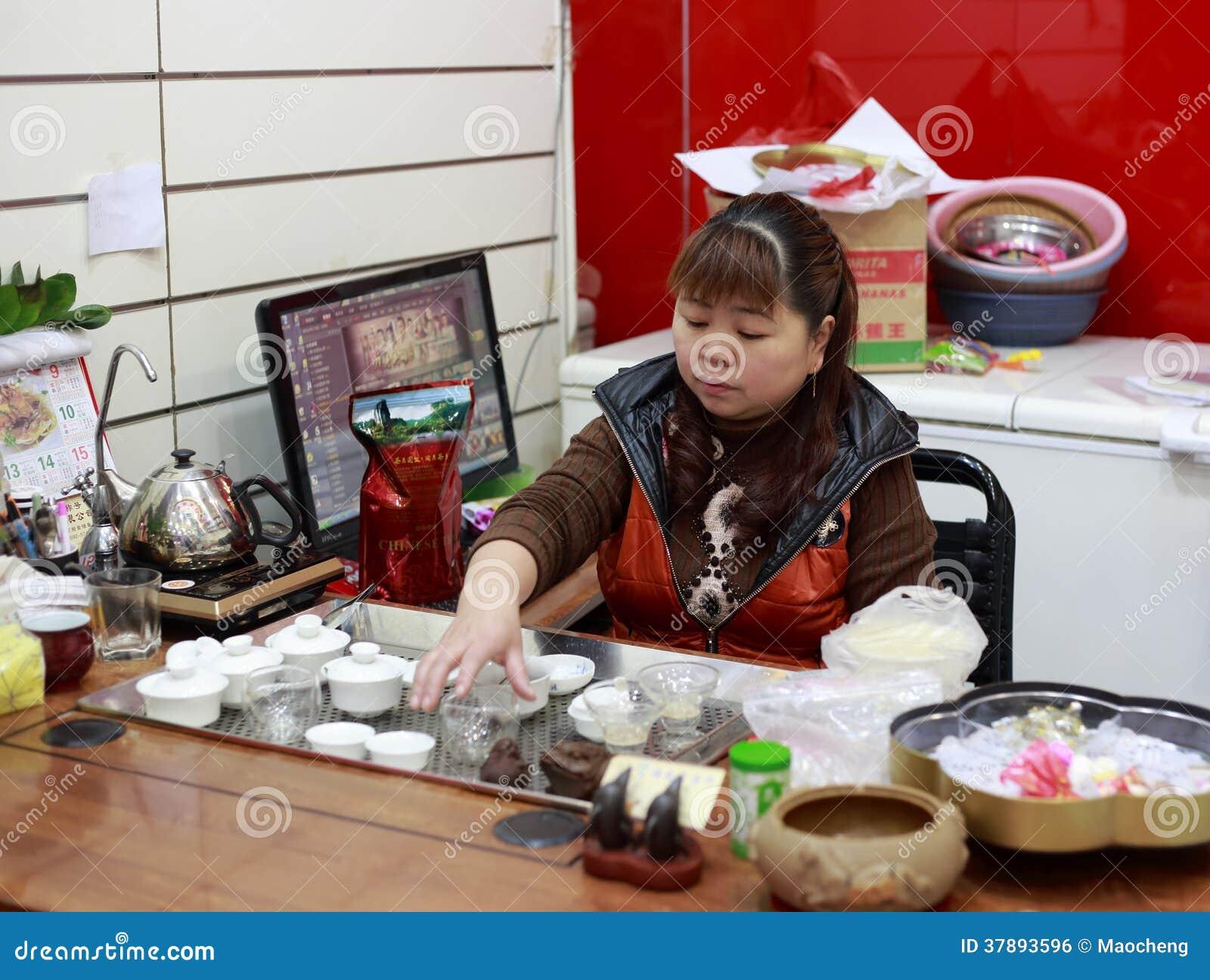 Mujer china que realiza la ceremonia de té