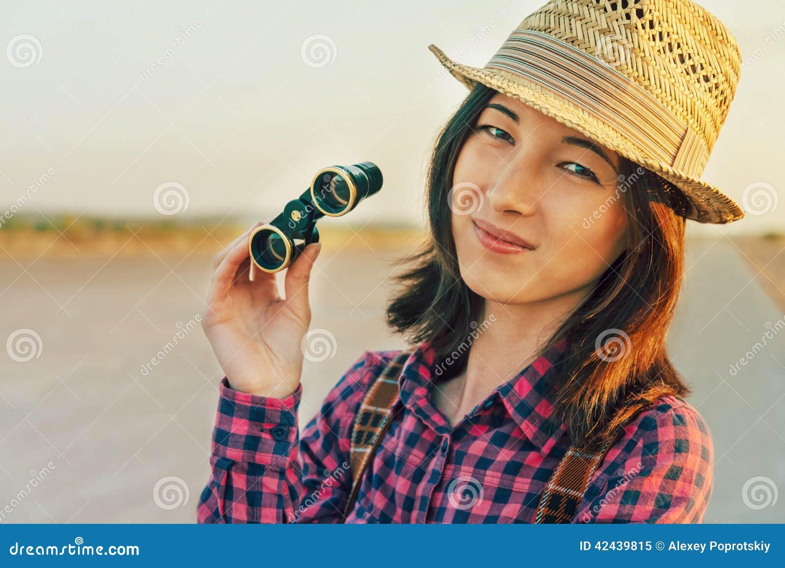 Mujer con binocular