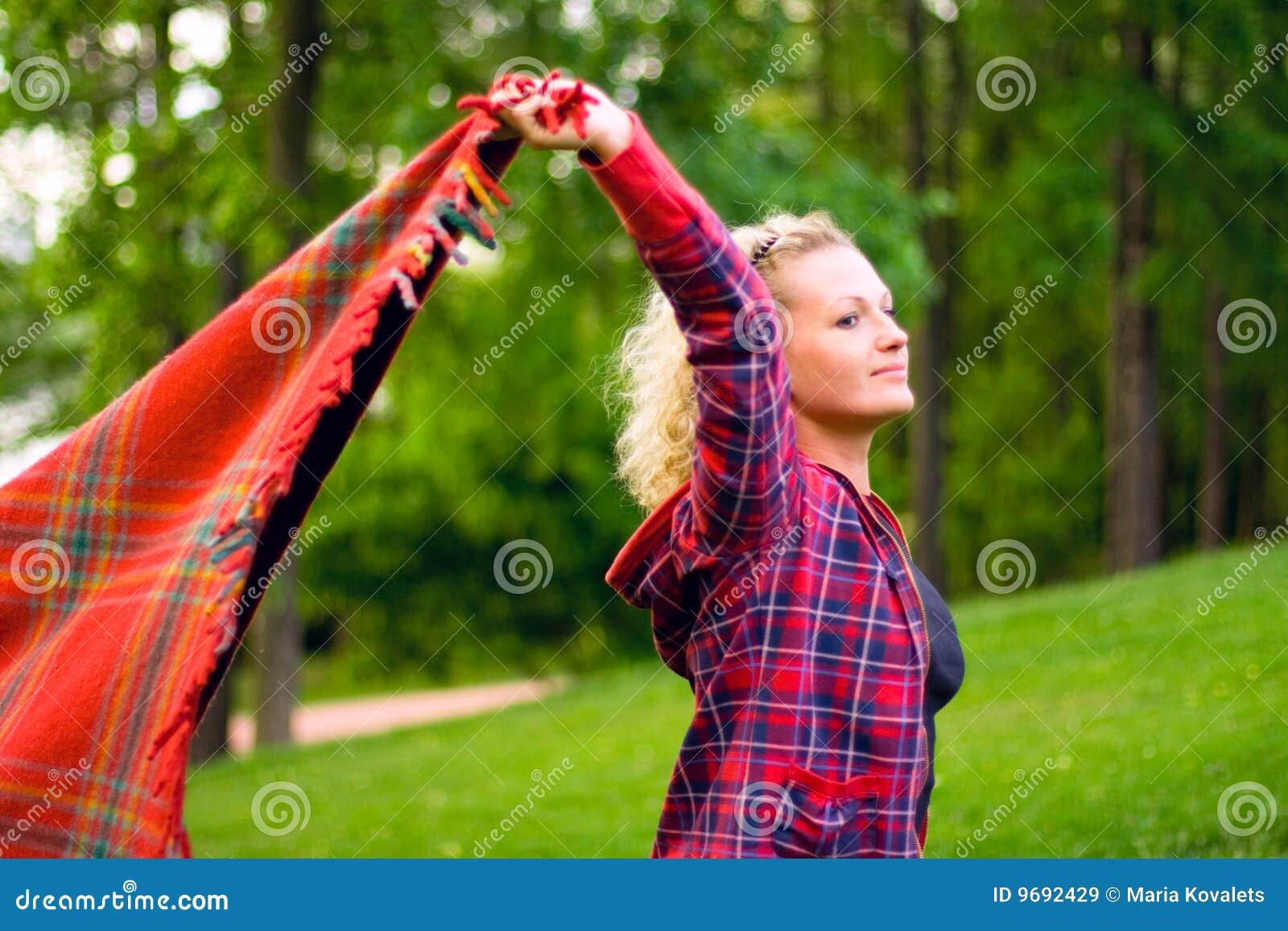 Mujer con el coverlet rojo