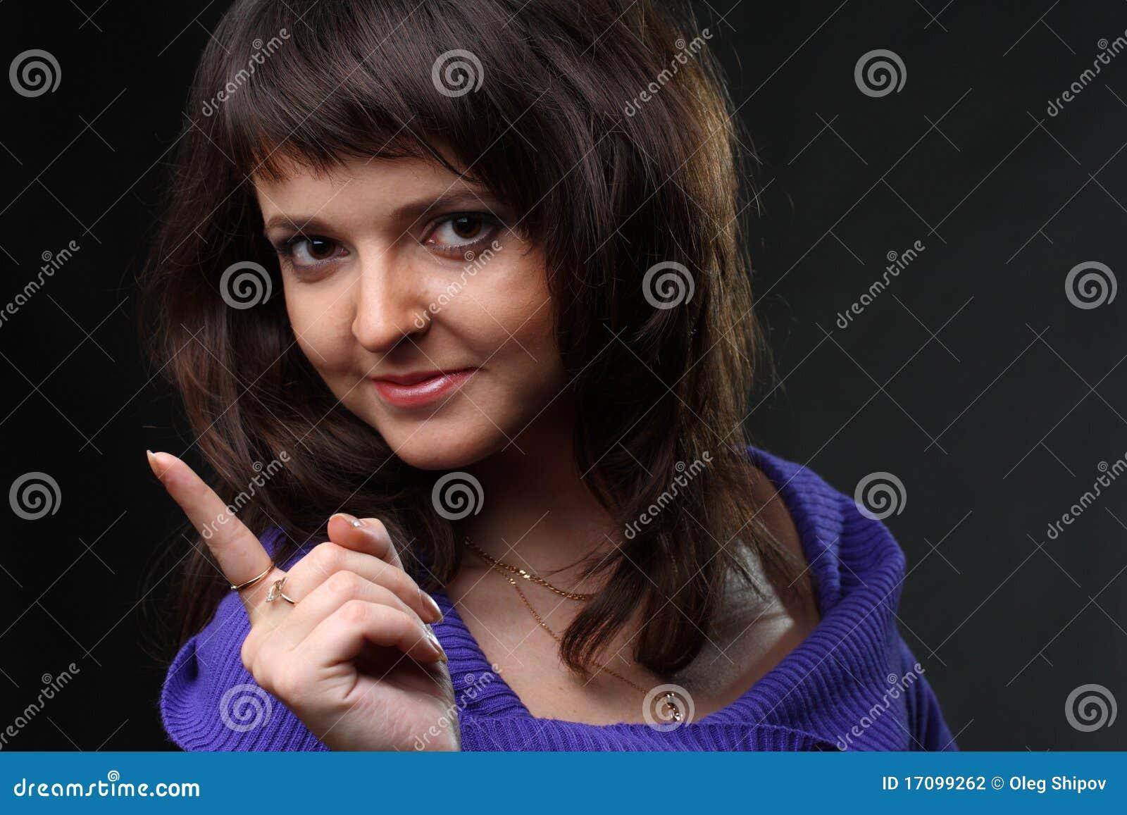 Mujer con el dedo acentuado