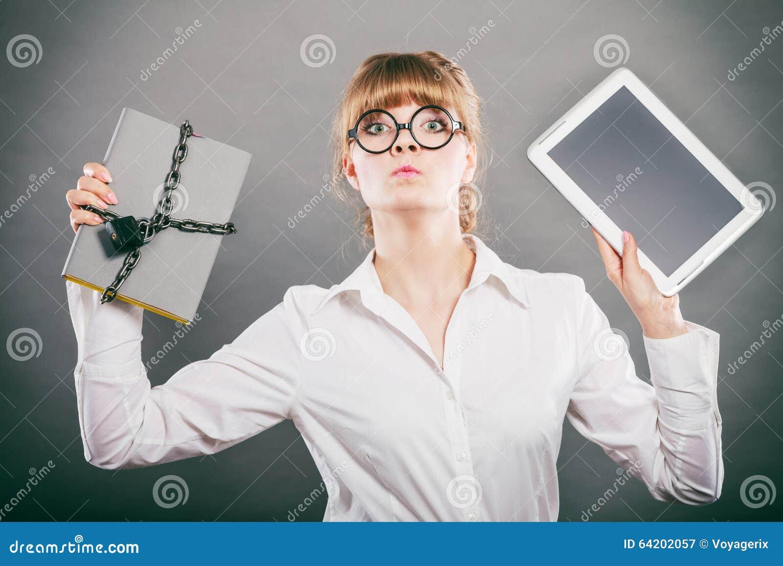 Mujer con el documento y la tableta Almacenamiento digital