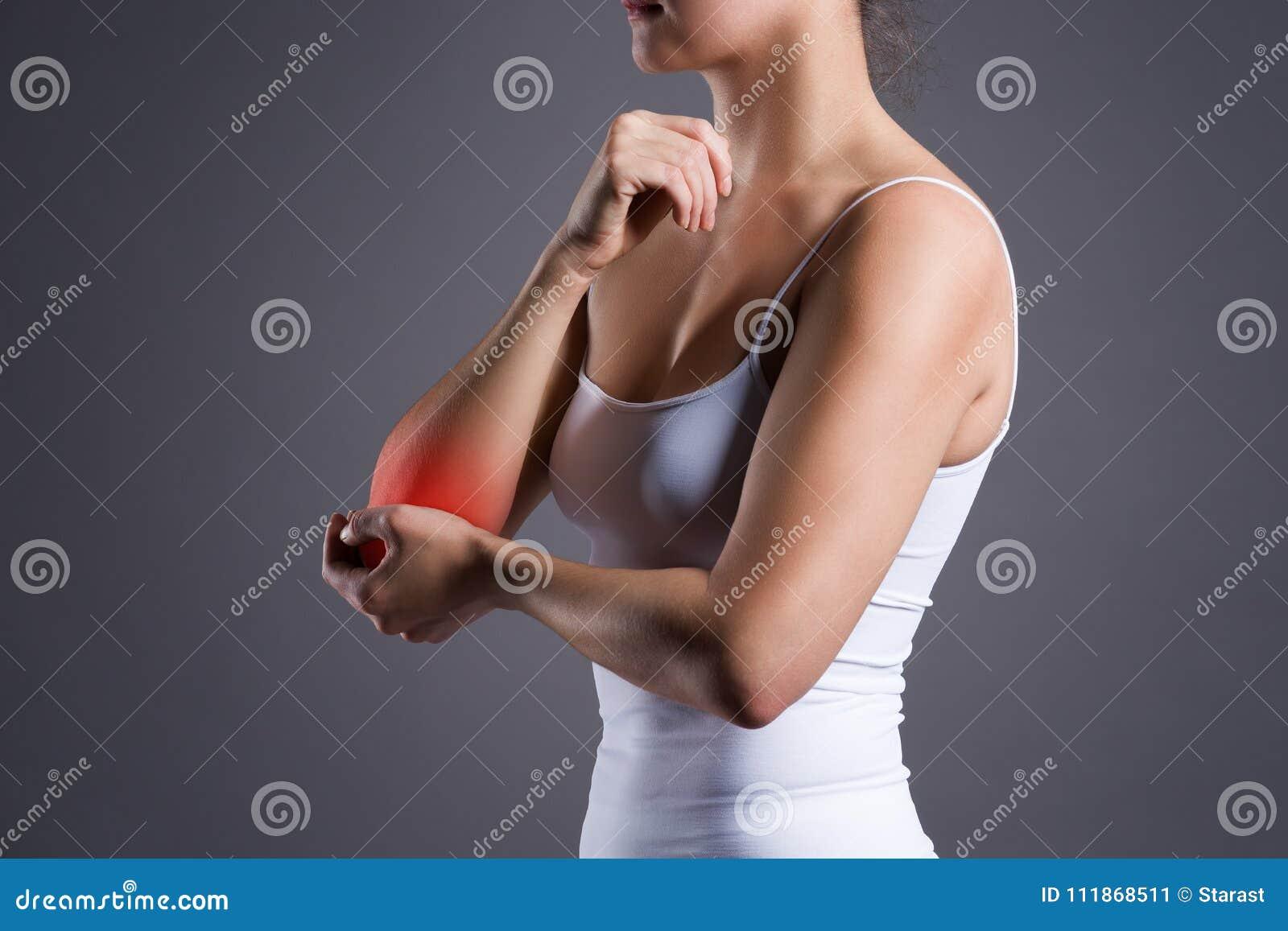 Mujer con el dolor en codo, inflamación común
