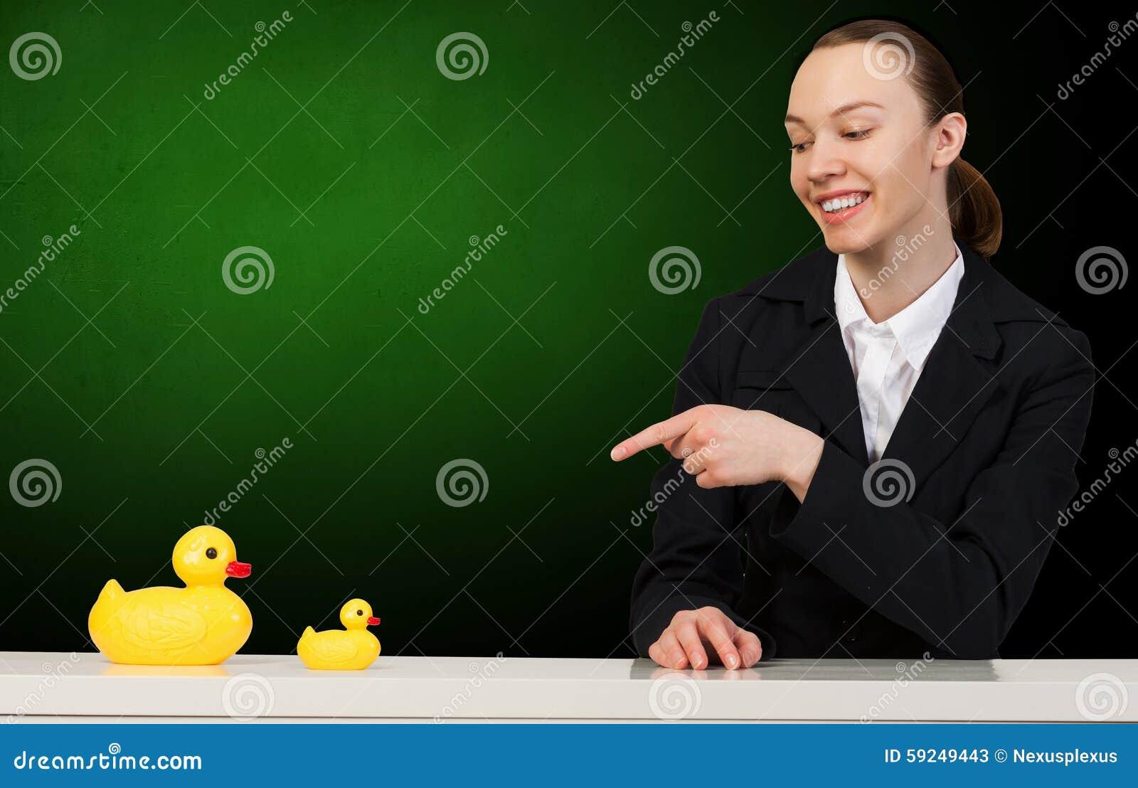 Mujer con el juguete del pato
