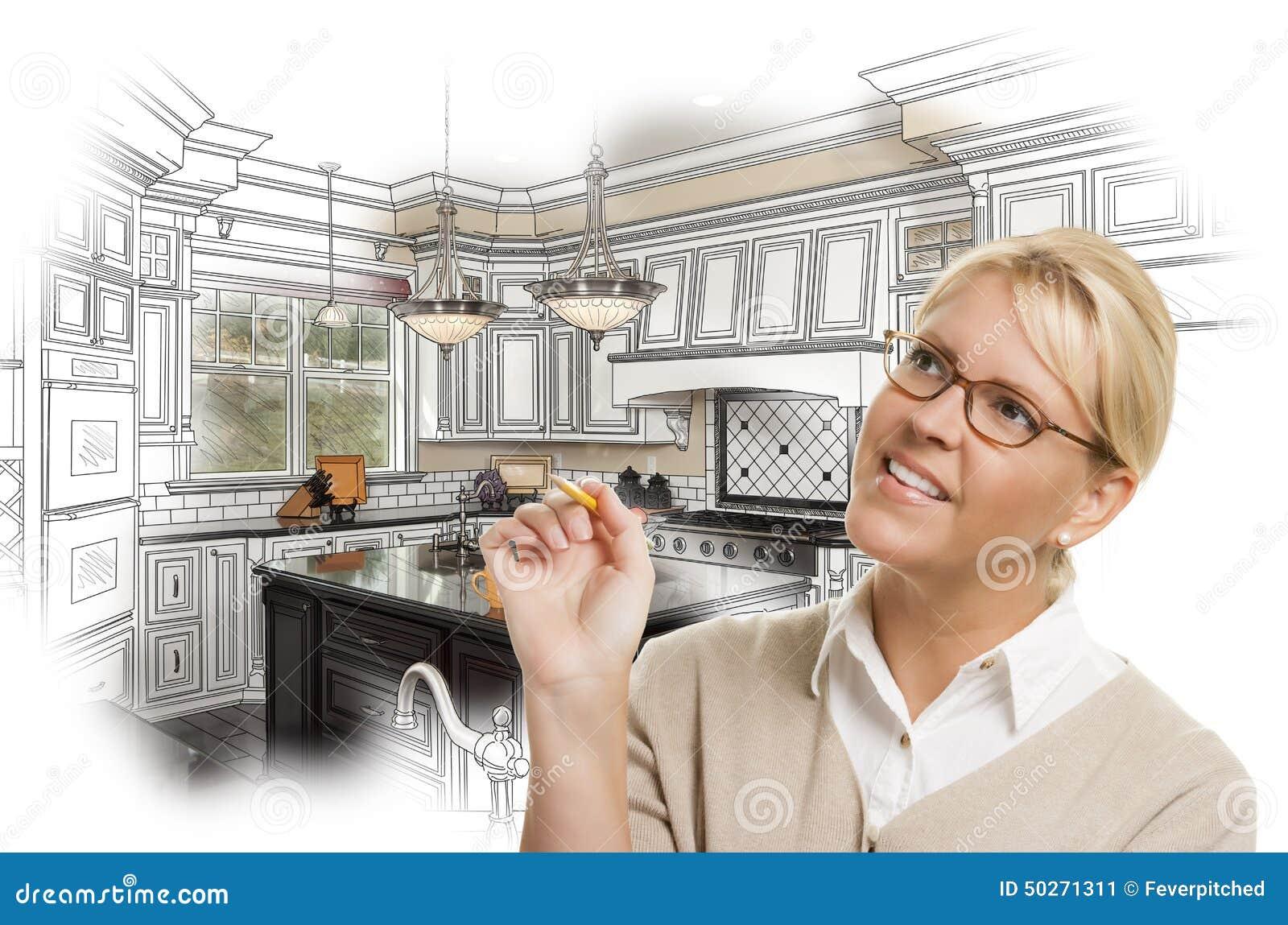 Mujer con el lápiz sobre el dibujo de estudio de la cocina y la foto de encargo C