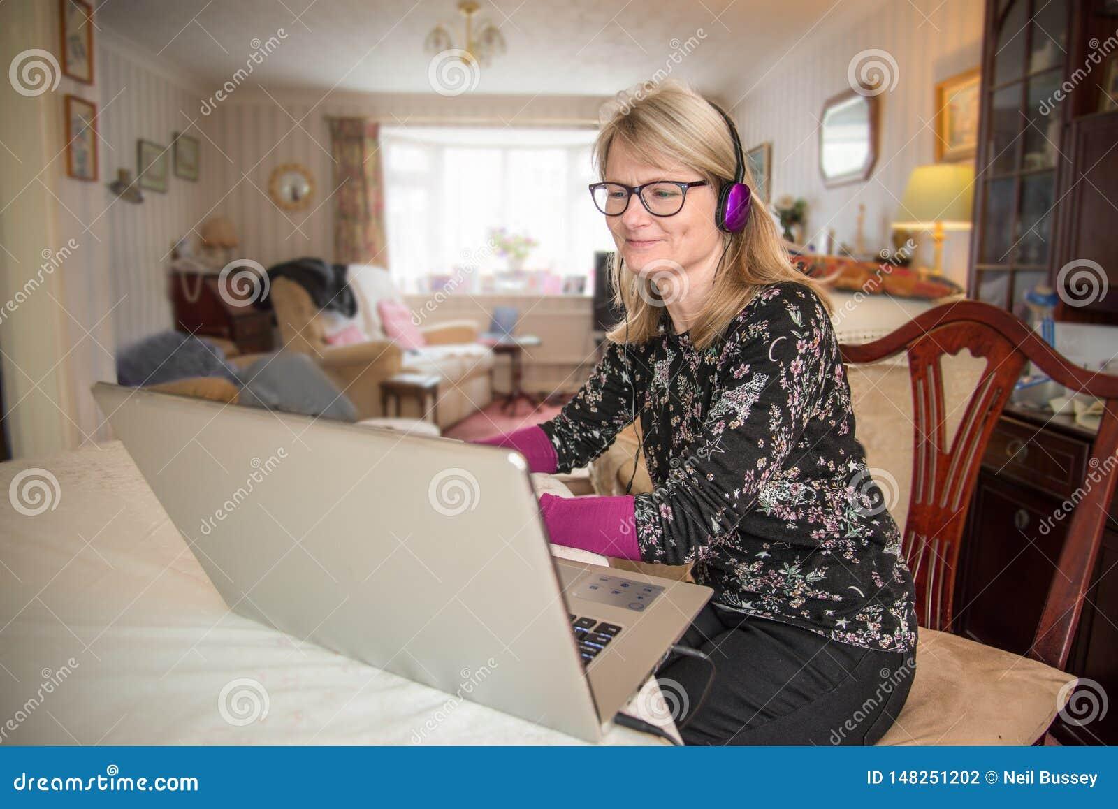 Mujer con el ordenador portátil, mirando el contenido en línea