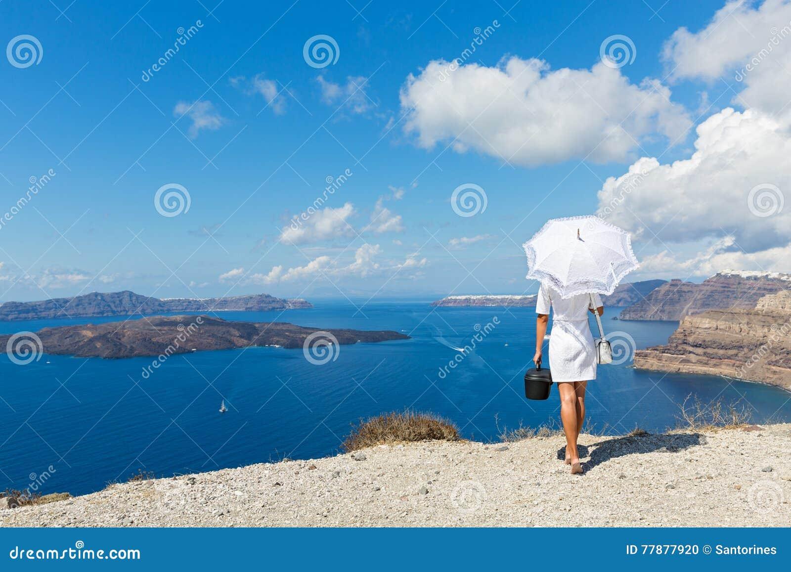 Mujer Con El Paraguas Y El Mar Blancos Foto de archivo