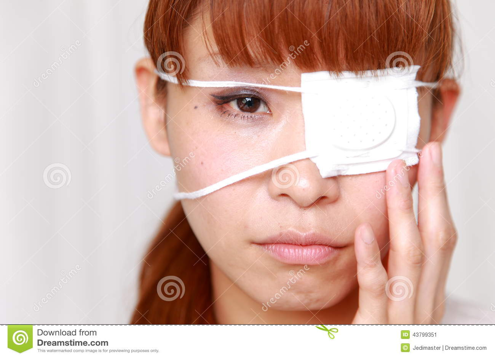 Mujer Con El Parche De Ojo Imagen De Archivo. Imagen De