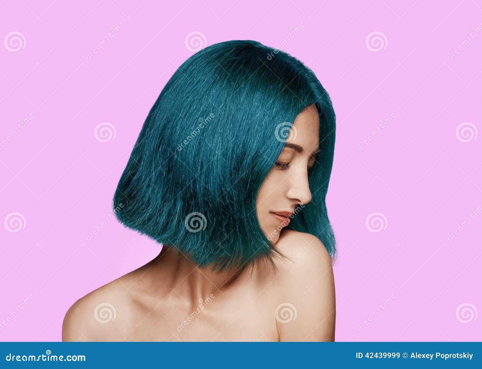 Mujer con el peinado azul
