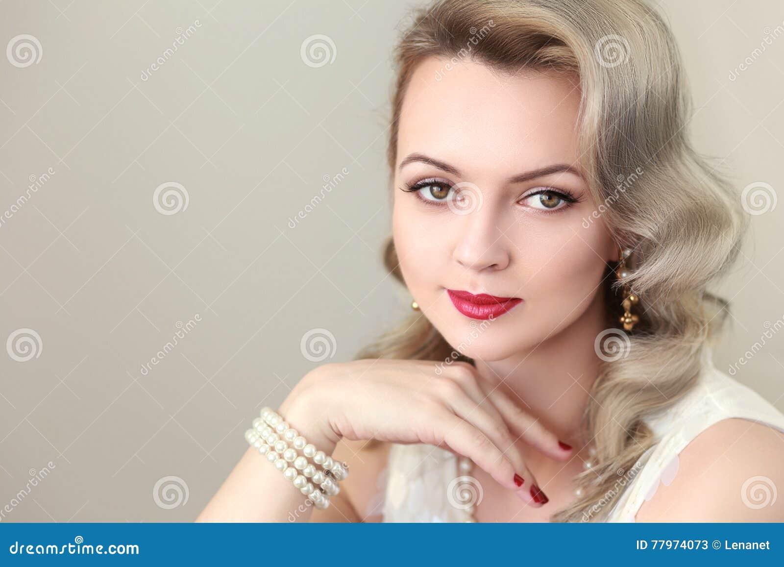 Mujer Con El Peinado Retro Imagen De Archivo Imagen De Facial