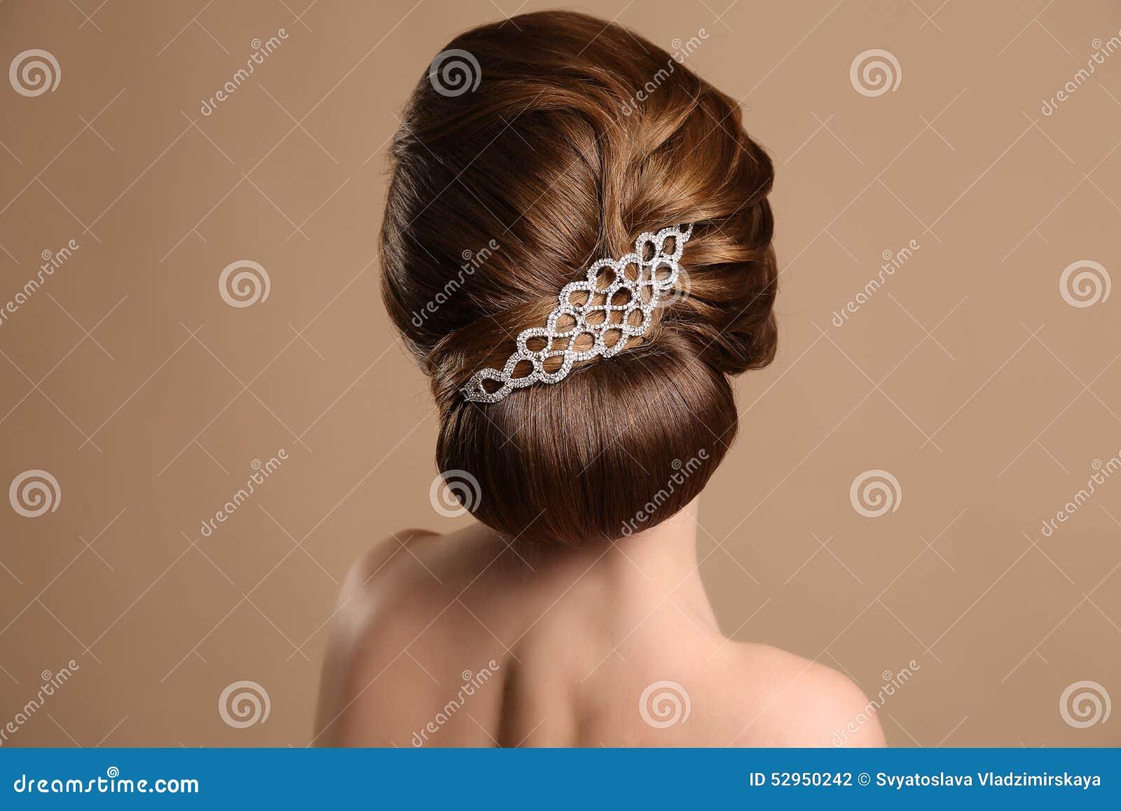 Mujer Con El Peinado Retro Elegante Con El Accesorio Del Pelo Foto