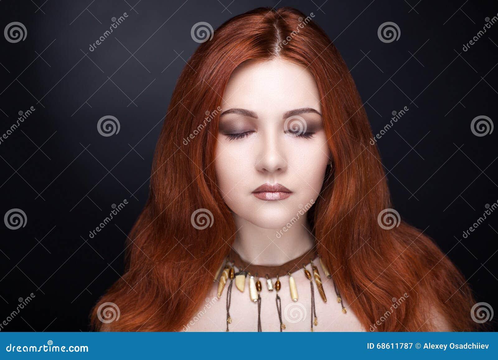 Mujer con el pelo rojo