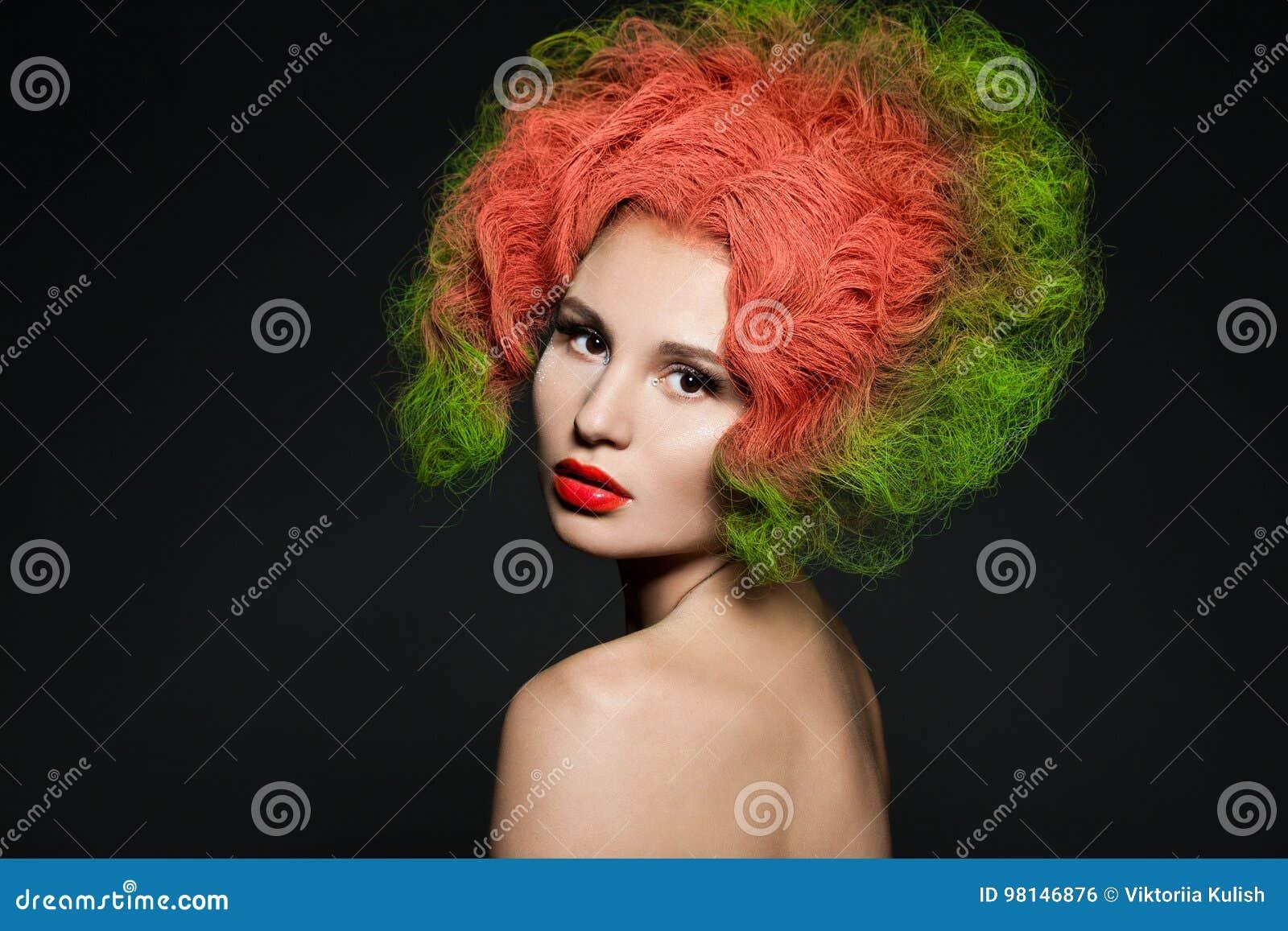 Mujer con el pelo verde