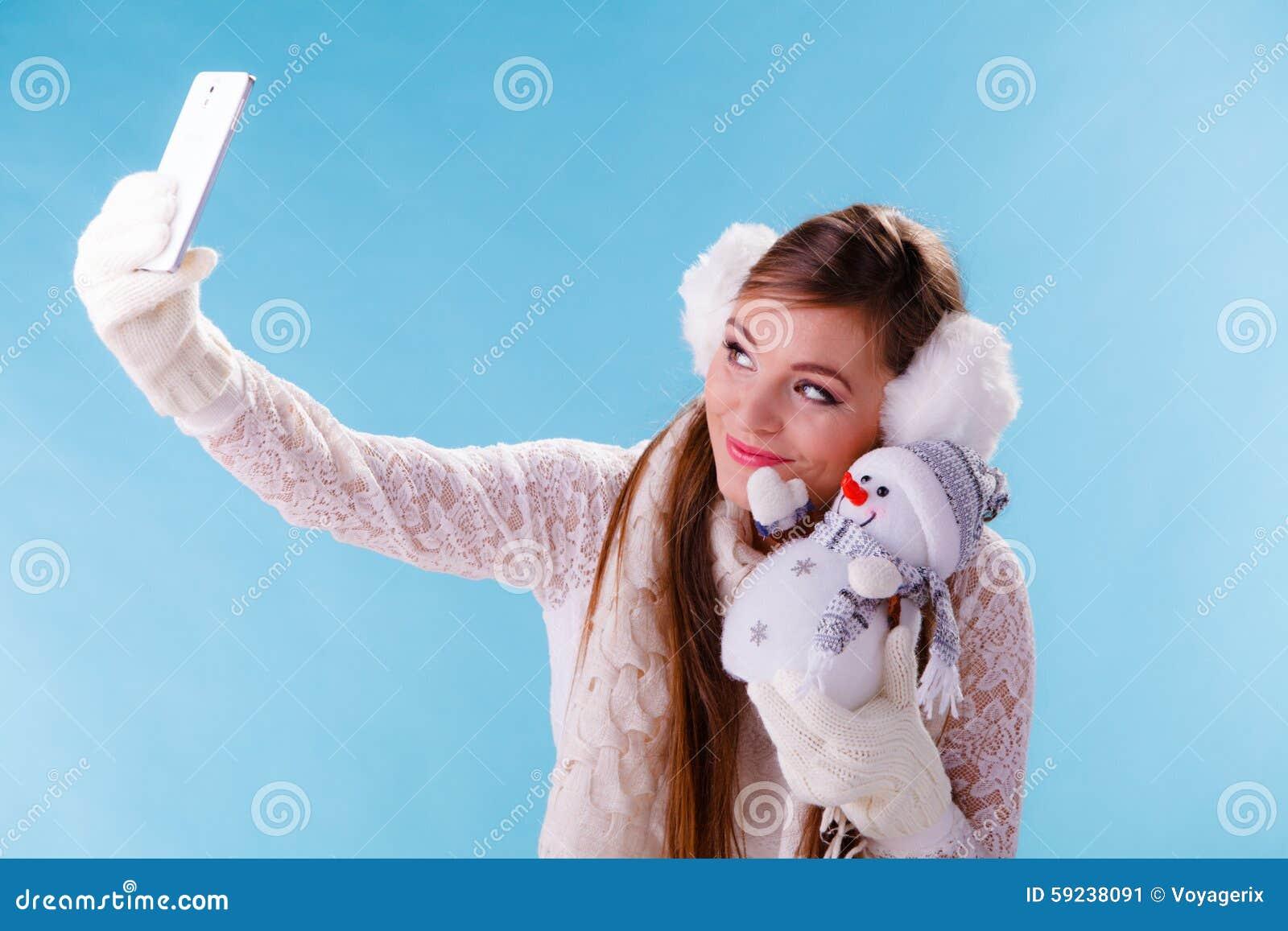 Download Mujer Con El Pequeño Muñeco De Nieve Que Toma La Foto Del Selfie Imagen de archivo - Imagen de cuadro, atractivo: 59238091