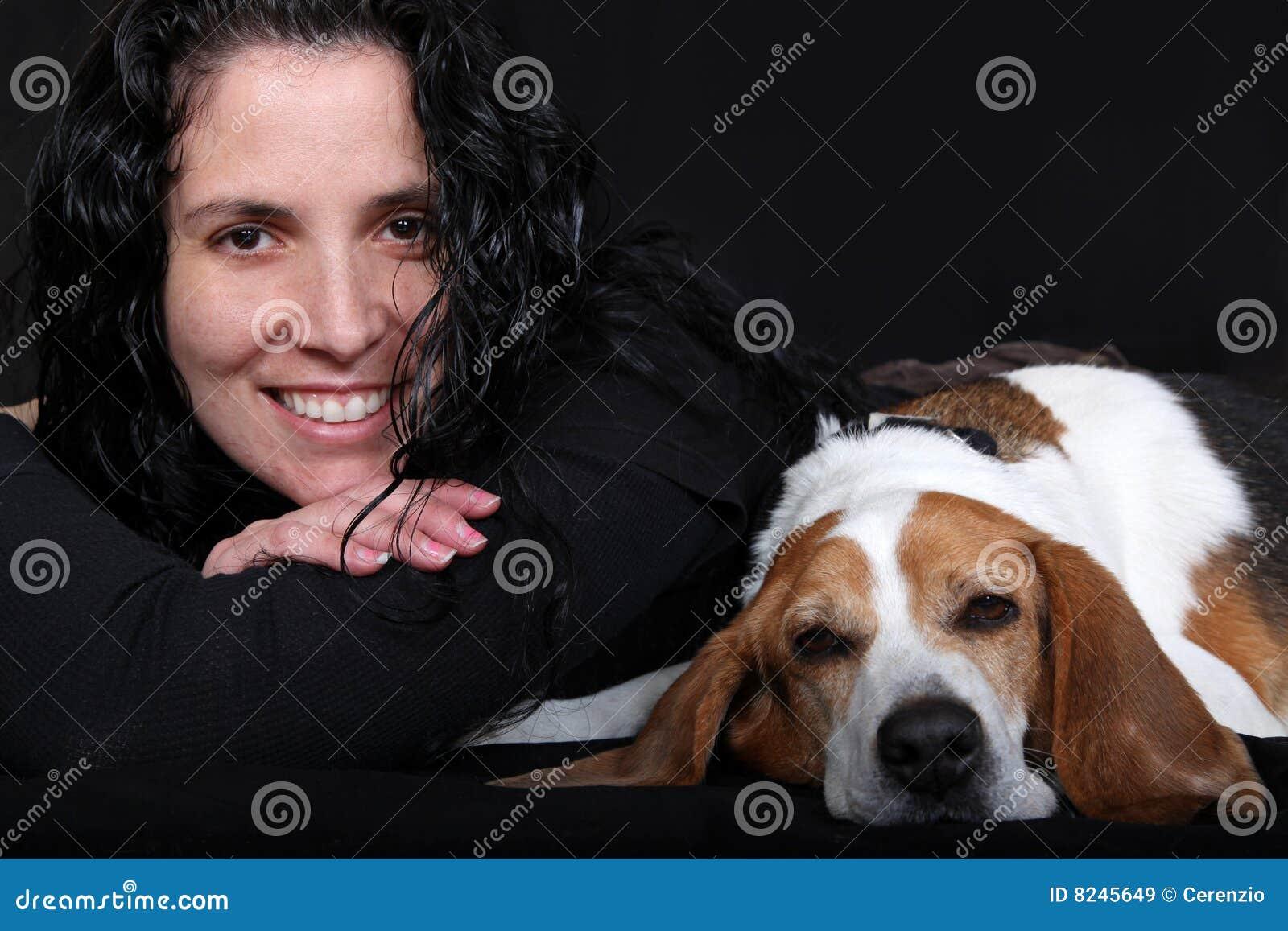 Mujer con el perro del beagle
