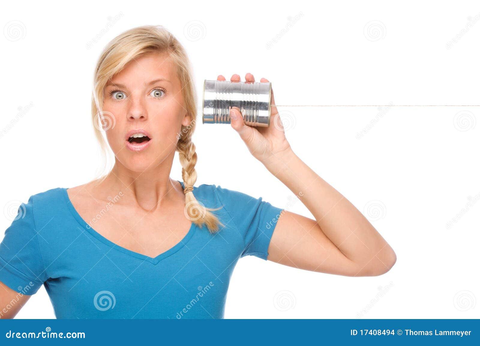 Mujer con el teléfono del estaño