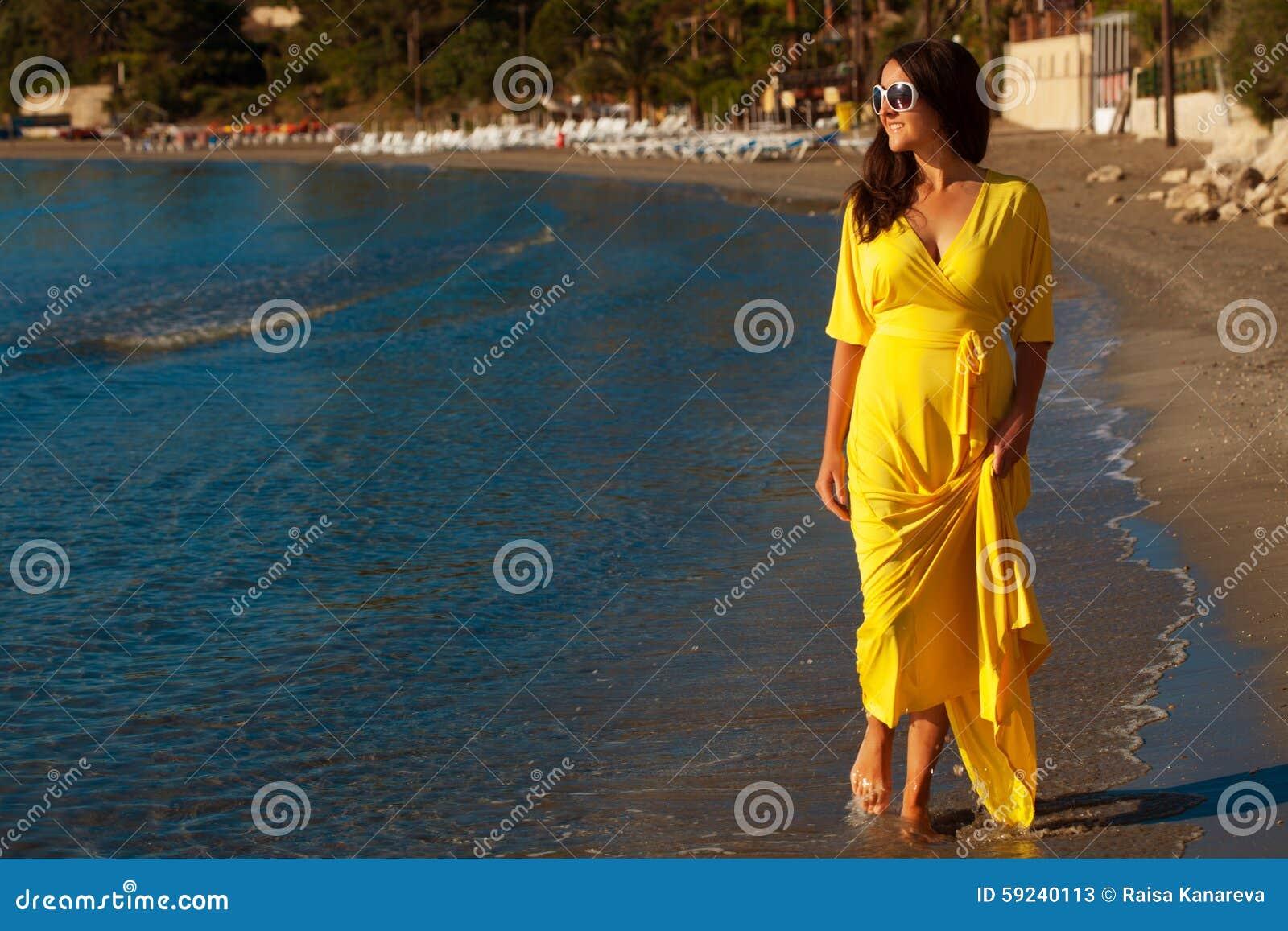 Mujer con el vestido amarillo largo