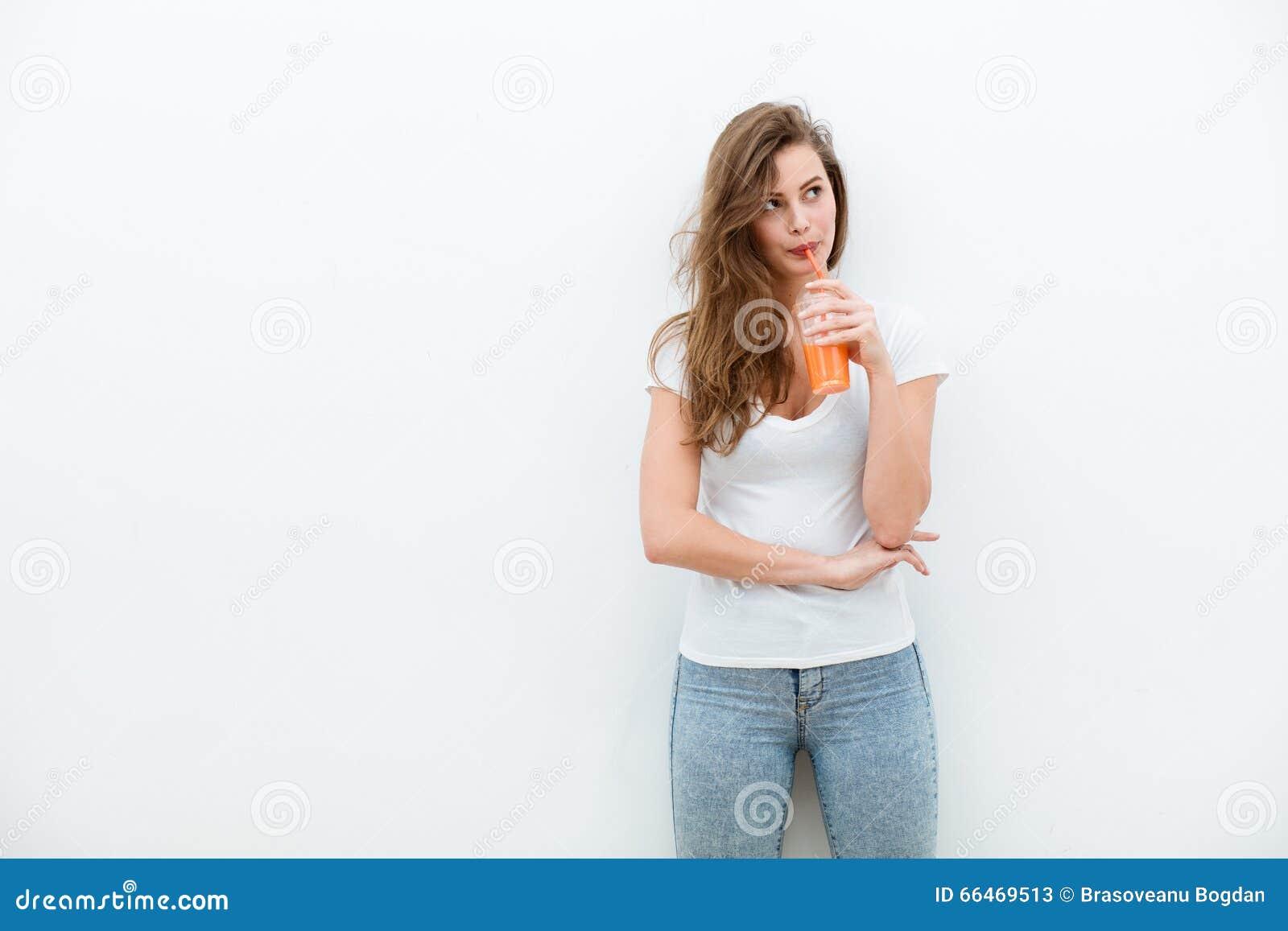 Mujer con el zumo de naranja