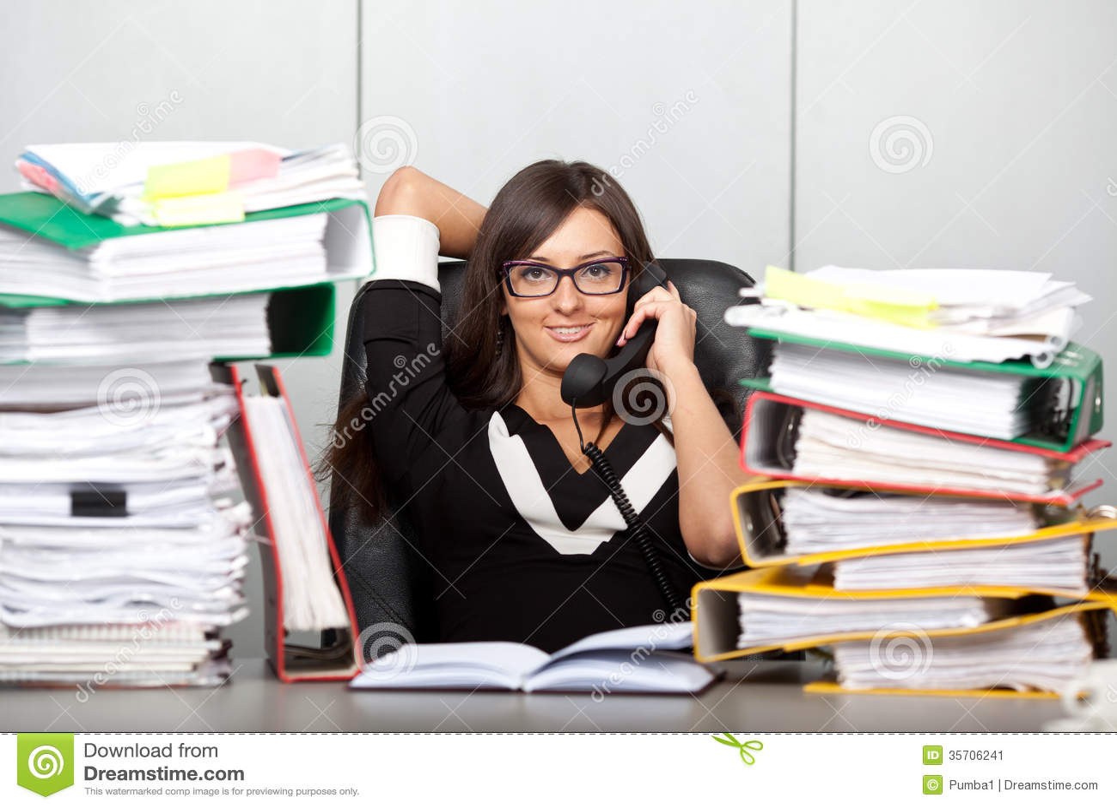 Mujer con exceso de trabajo en la oficina hablando en el for Imagenes de oficina de trabajo