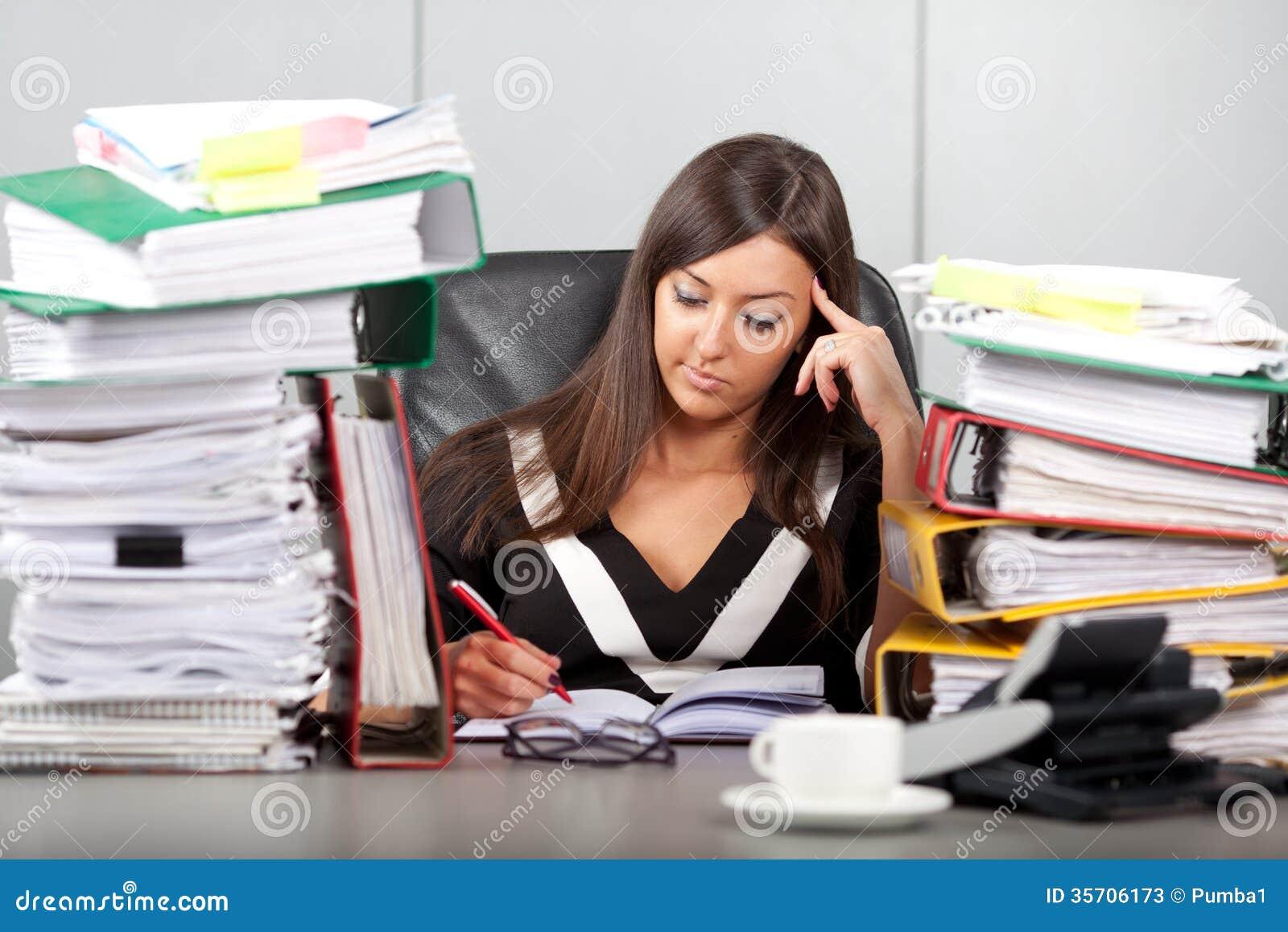 Mujer con exceso de trabajo en oficina fotos de archivo for Servicio de empleo