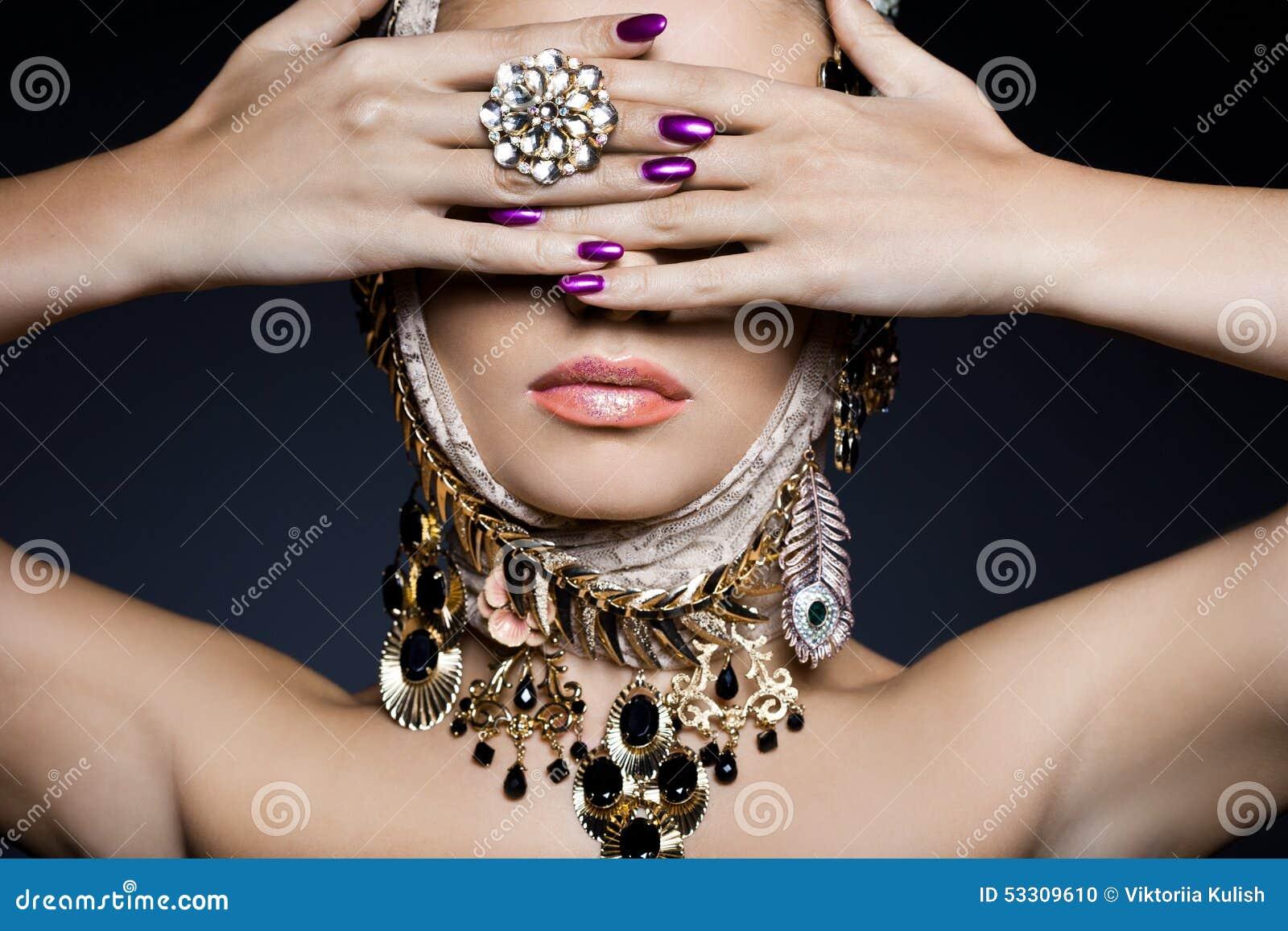 Mujer con joyería