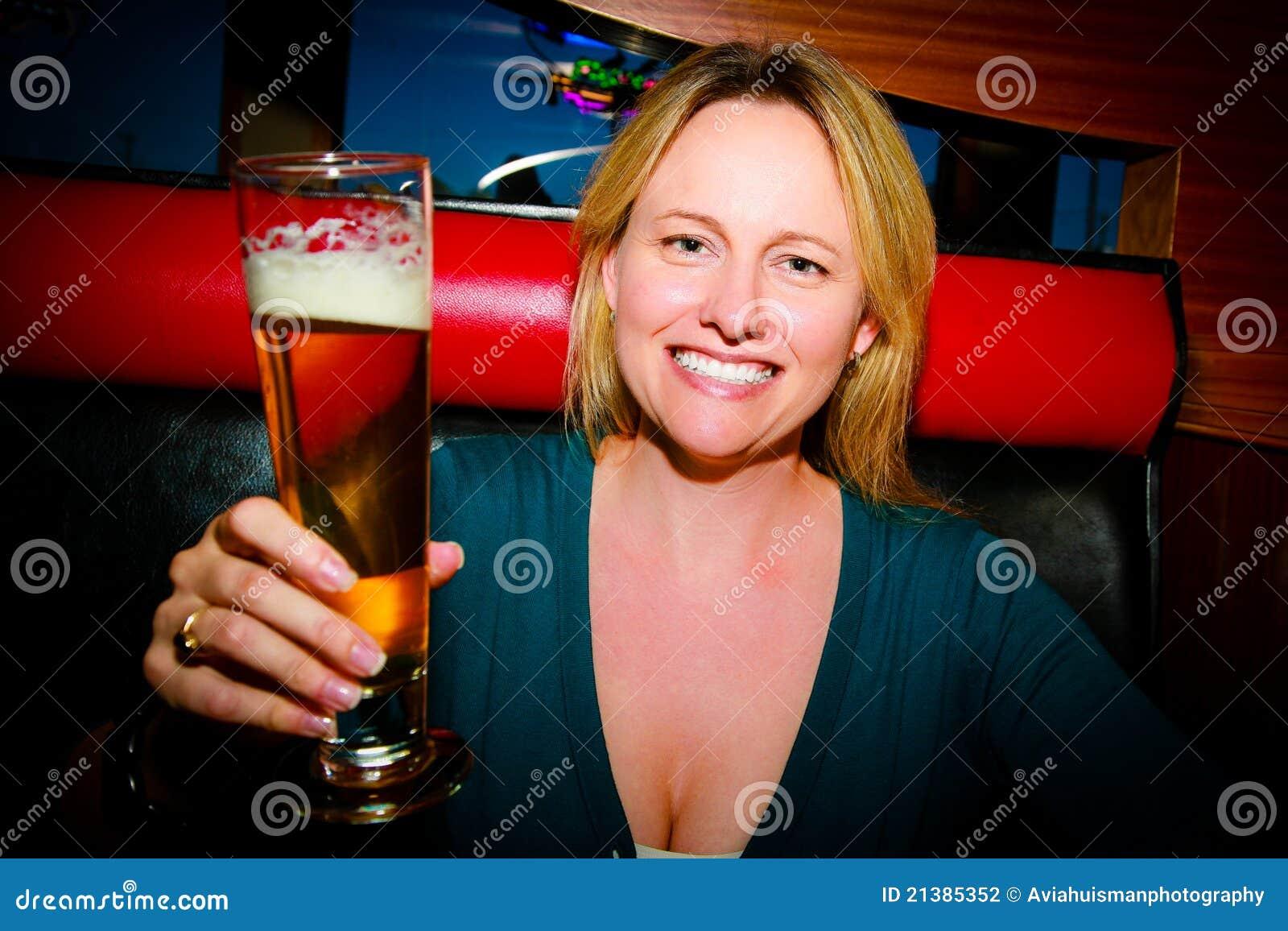 una cerveza mujer