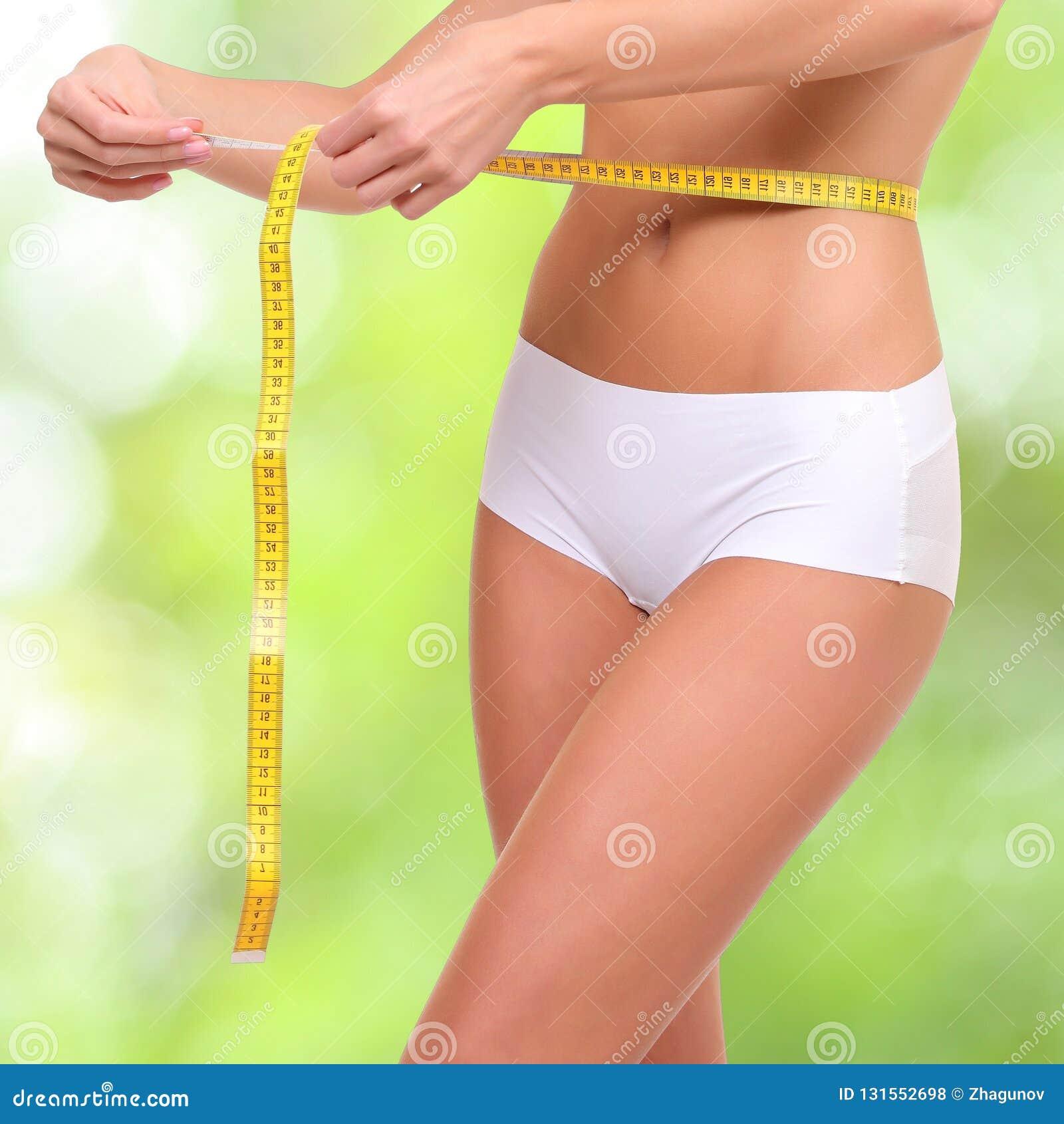 Mujer con la cinta de la medida