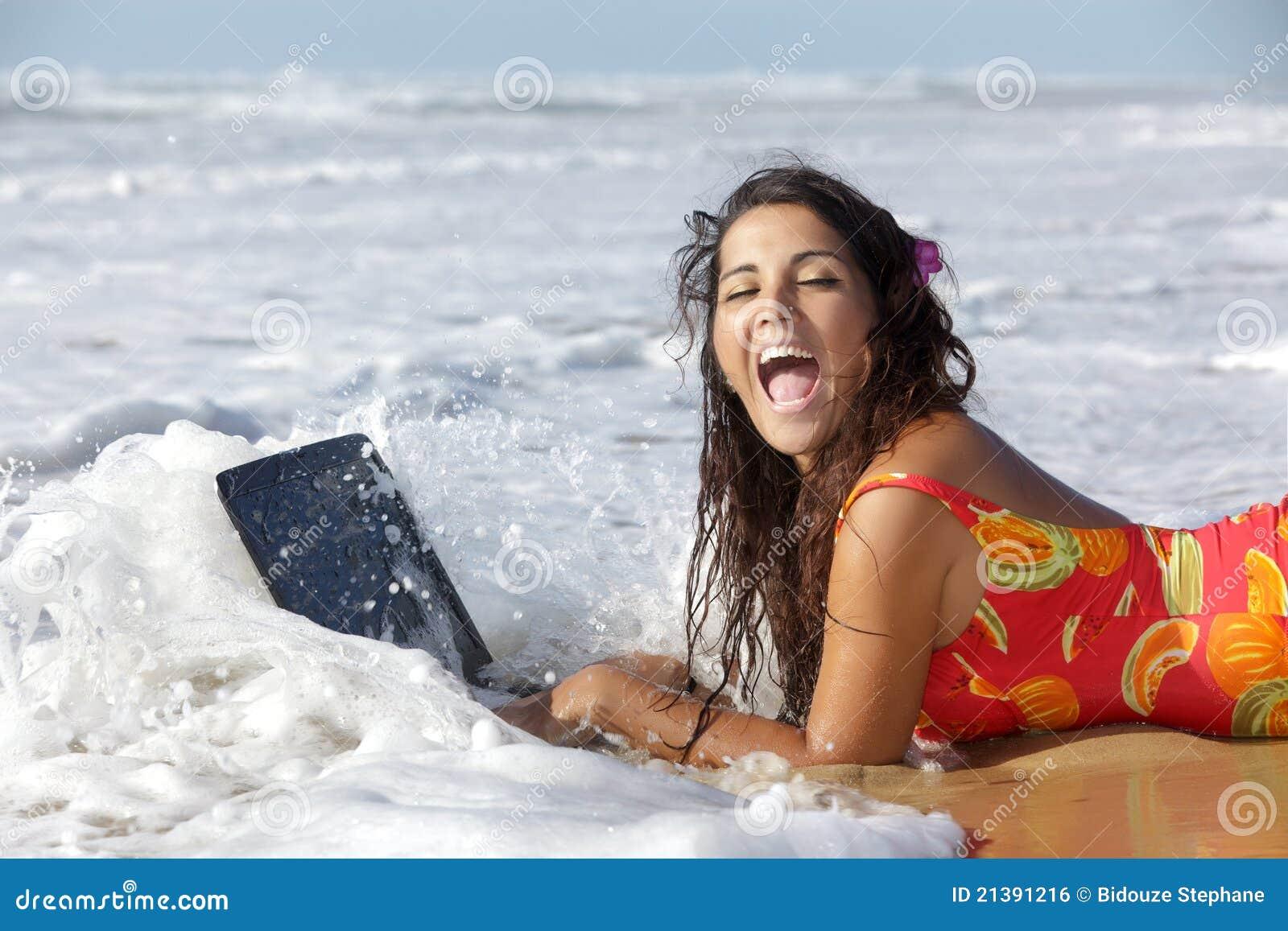 Mujer con la computadora portátil del underproof