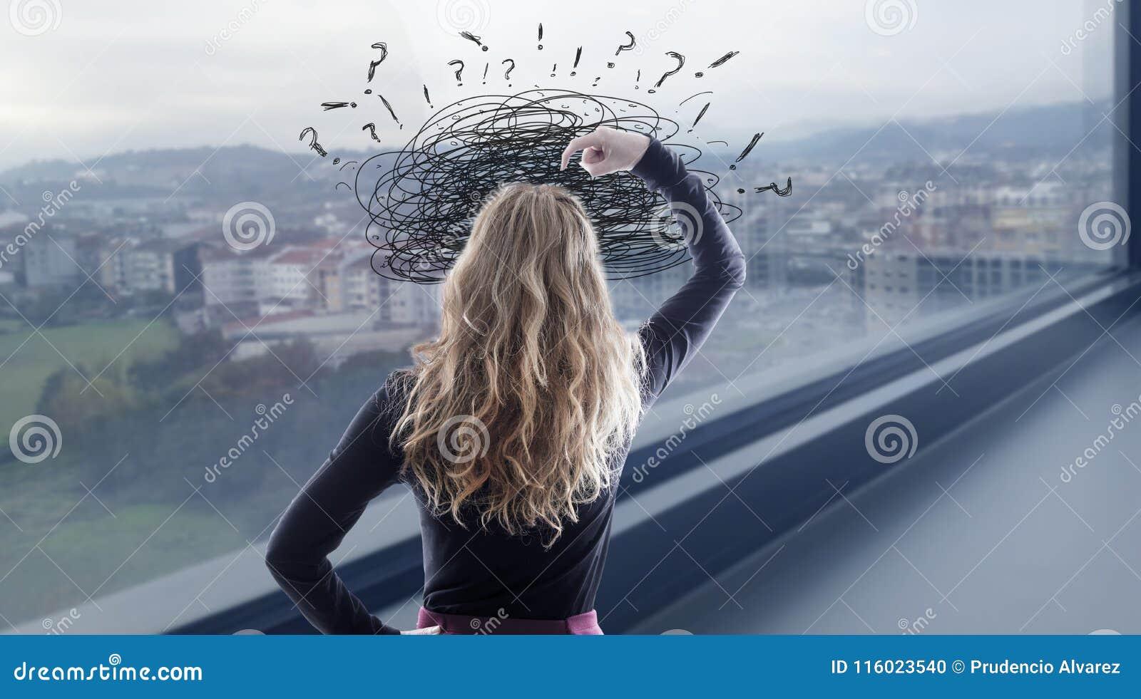 Mujer con la confusión y problemas