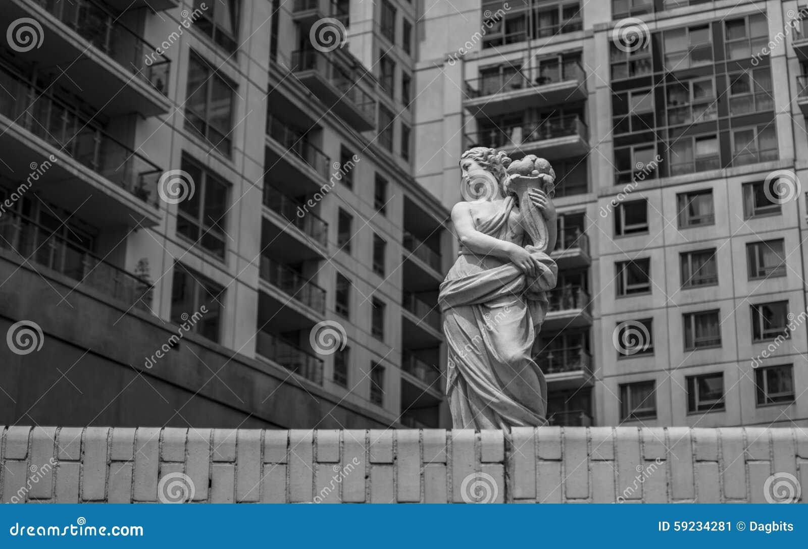 Download Mujer Con La Escultura Del Florero Imagen de archivo - Imagen de florero, mujer: 59234281